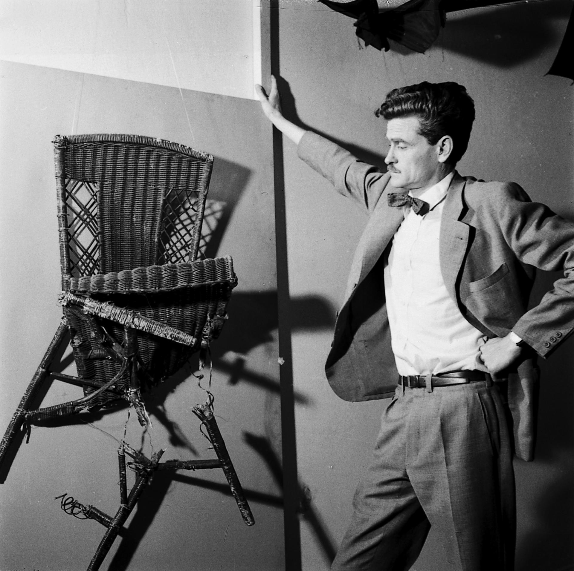 """Kenneth Kemble frente a uno de los objetos expuestos en """"Arte destructivo"""", Galería Lirolay, en 1961 (Jorge Roiger)"""