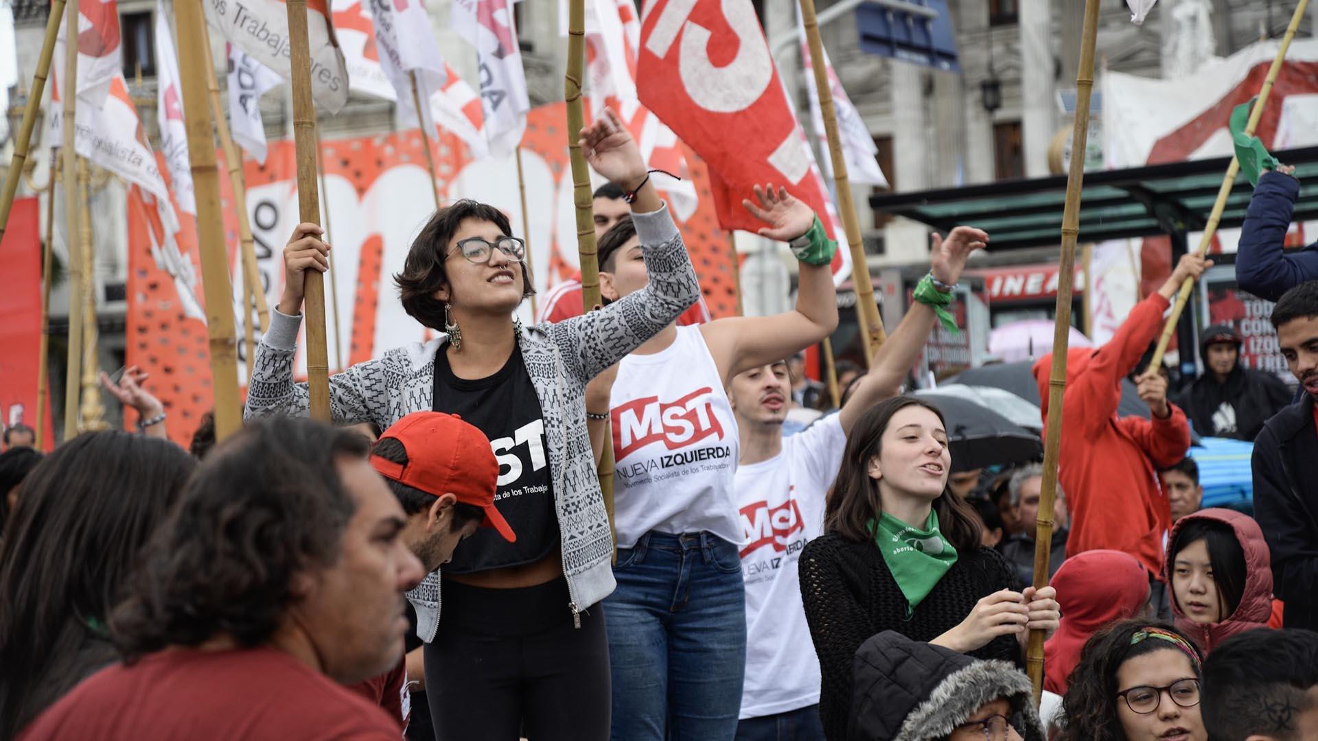 Manifestantes de la Izquierda en la plaza Congreso