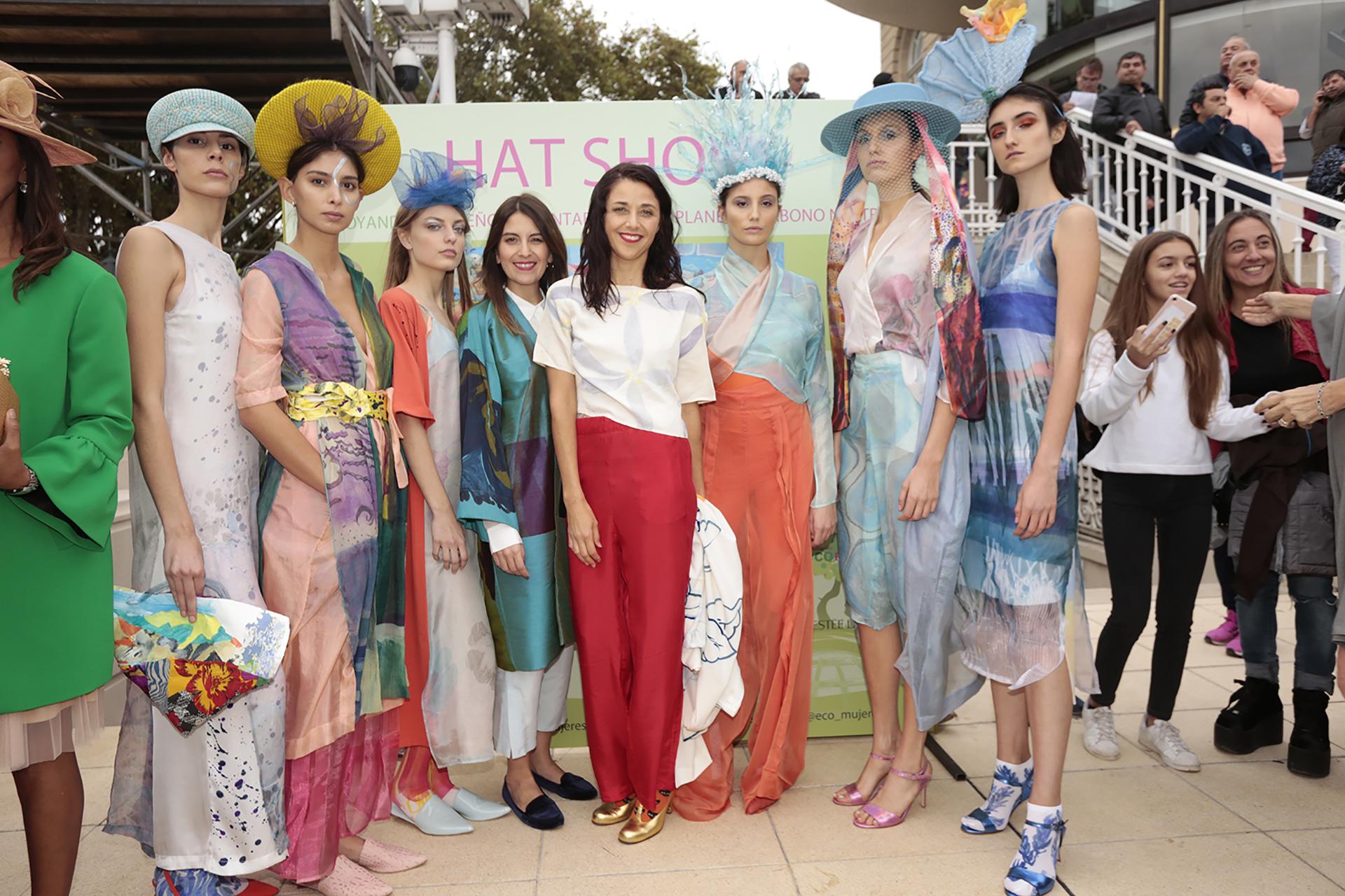 """Bajo el concepto de """"sustentabilidad al galope"""" se desarrolló una feria de sombreros y fascinators, con los diseños de Laura Noetinger y sus egresadas: Florencia Tellado, Roxana Sittic Harb, Paula Gaspari y Sol Robles"""