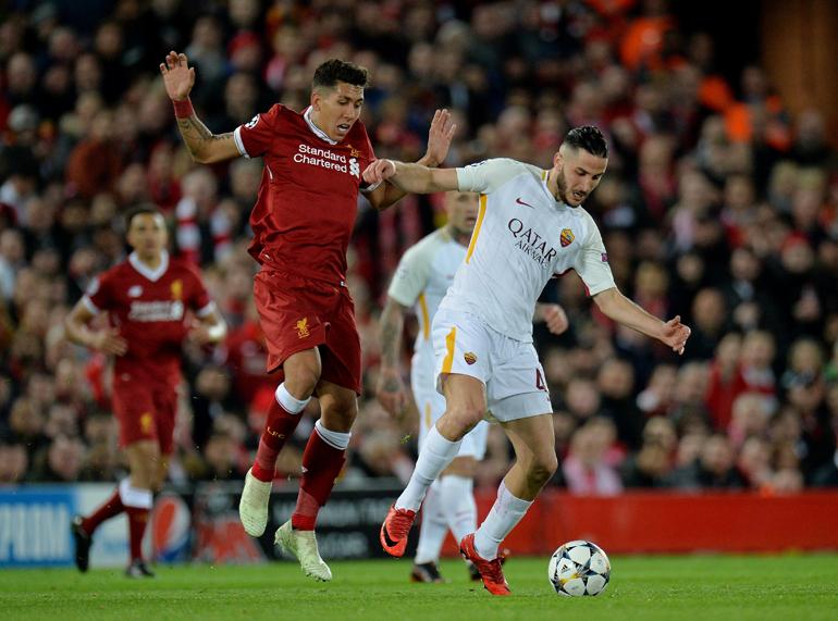 Roberto Firmino del Liverpool (i) disputa el balón con Kostas Manolas de la AS Roma (d) durante el partido de ida de semifinales de la Liga de Campeones entre el Liverpool FC y la AS Roma jugado en el estadio de Anfield de Liverpool (EFE)
