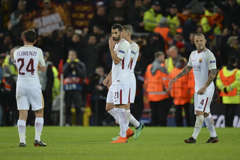 Jugadores de la AS Roma reaccionan tras el partido de ida de semifinales de la Liga de Campeones entre el Liverpool FC y la AS Roma disputado en el estadio de Anfield de Liverpool (EFE)