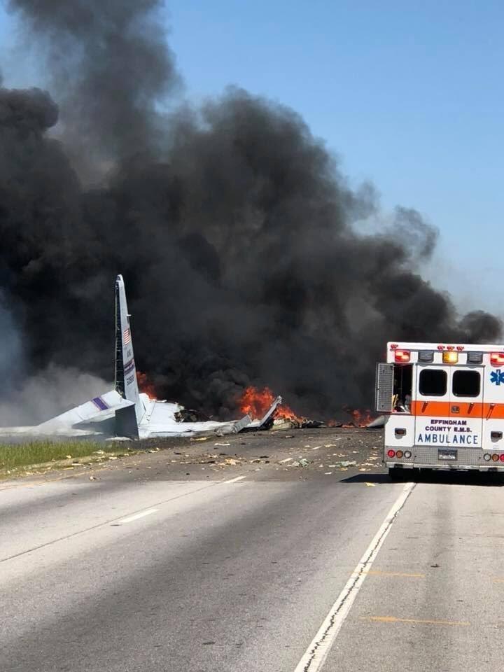 Una de las primeras imágenes obtenidas muestran la cola del avión (Twitter)