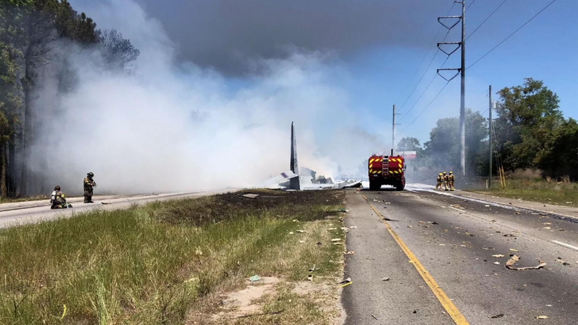 El avión cayó sobre una autopista