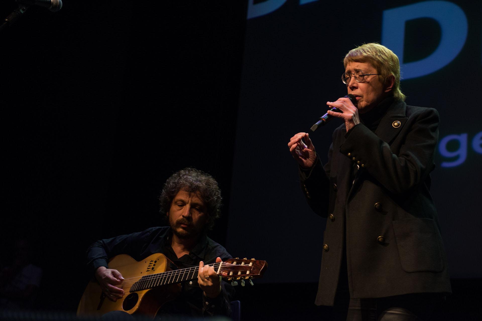 """Teresa Parodi fue una de los varios artistas que participaron del """"Encuentro de la cultura y el arte por la democracia en Brasil y la libertad de Lula"""""""