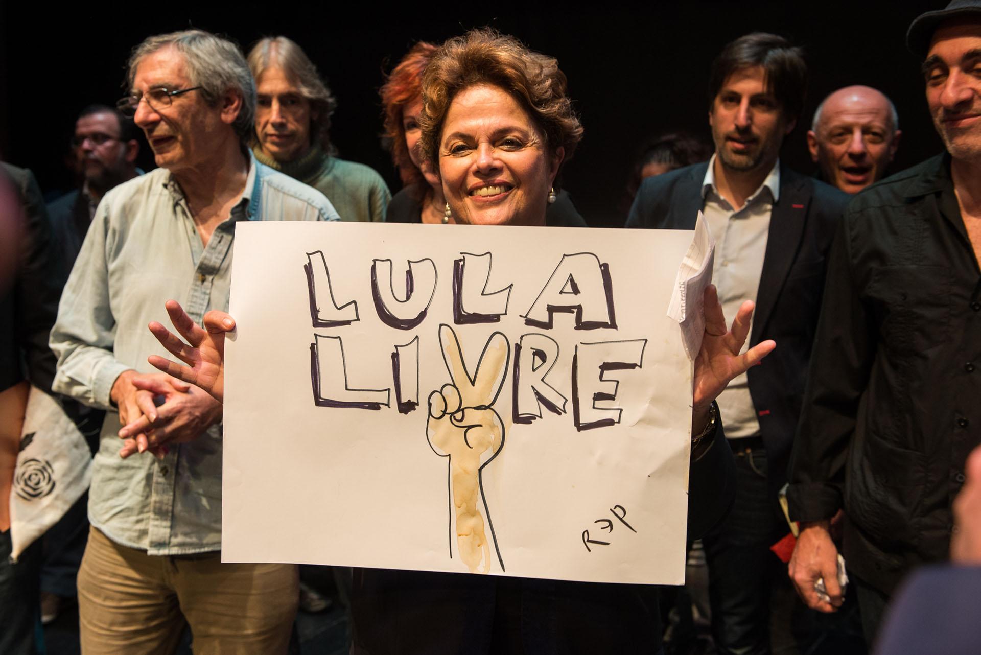 La ex Presidente de Brasil con un cartel que pide por la libertad de Lula