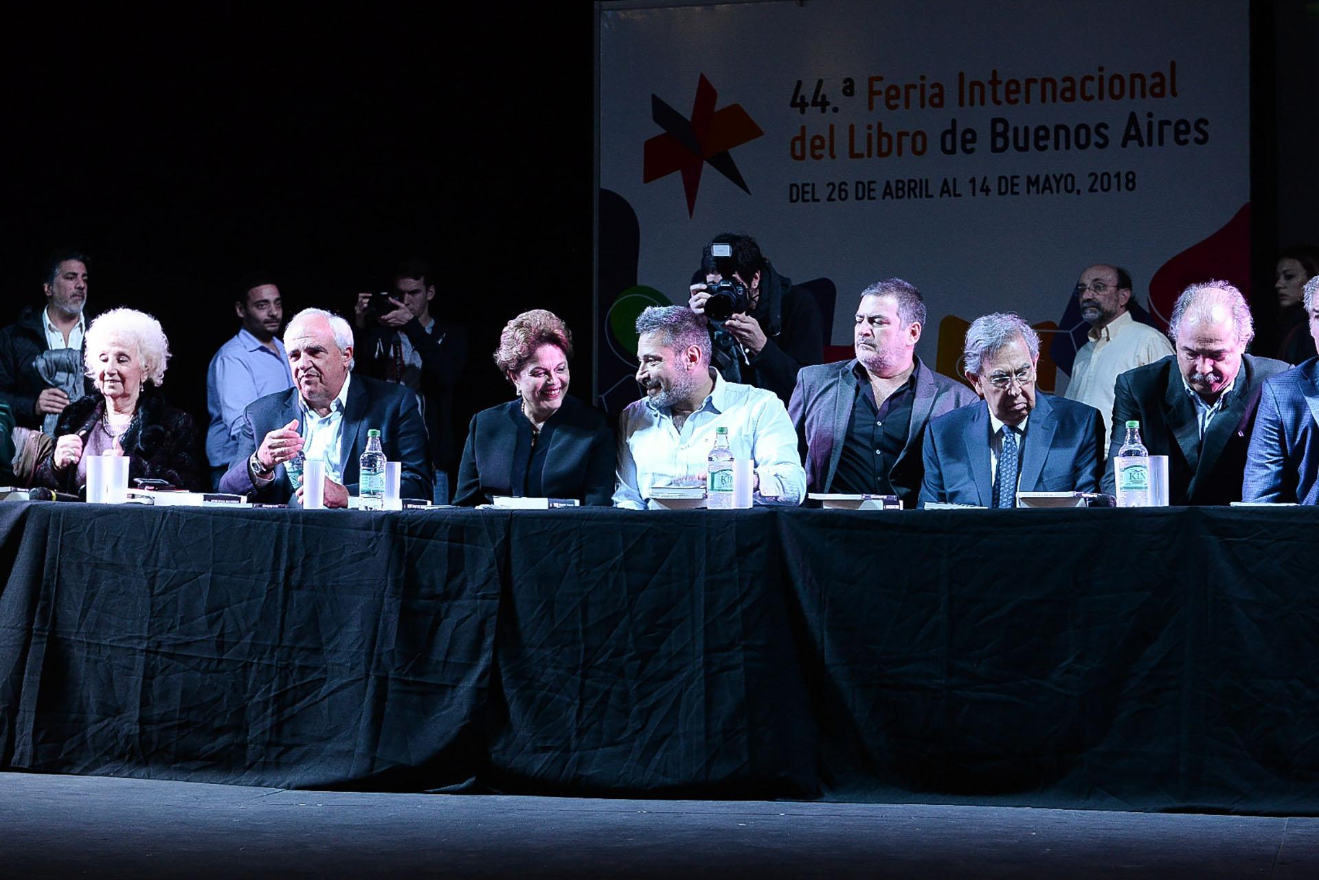 Dilma Rousseff también participó de la inauguración de la Feria del Libro. A la izquierda de Dilma, Víctor Santa María, Secretario General del SUTERH; a continuación Pablo Gentilli, secretario ejecutivo de CLACSO. Primera desde la izquierda, Estela de Carlotto, titular de Abuelas de Plaza de Mayo.