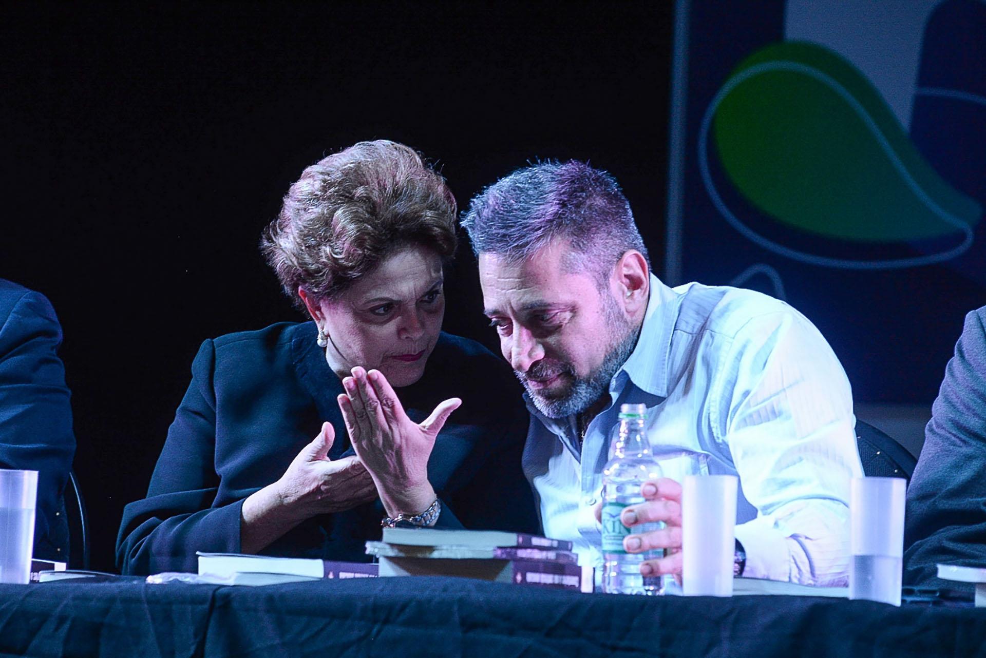 Rousseff dialoga con el organizador y titular del Grupo Octubre Víctor Santa María
