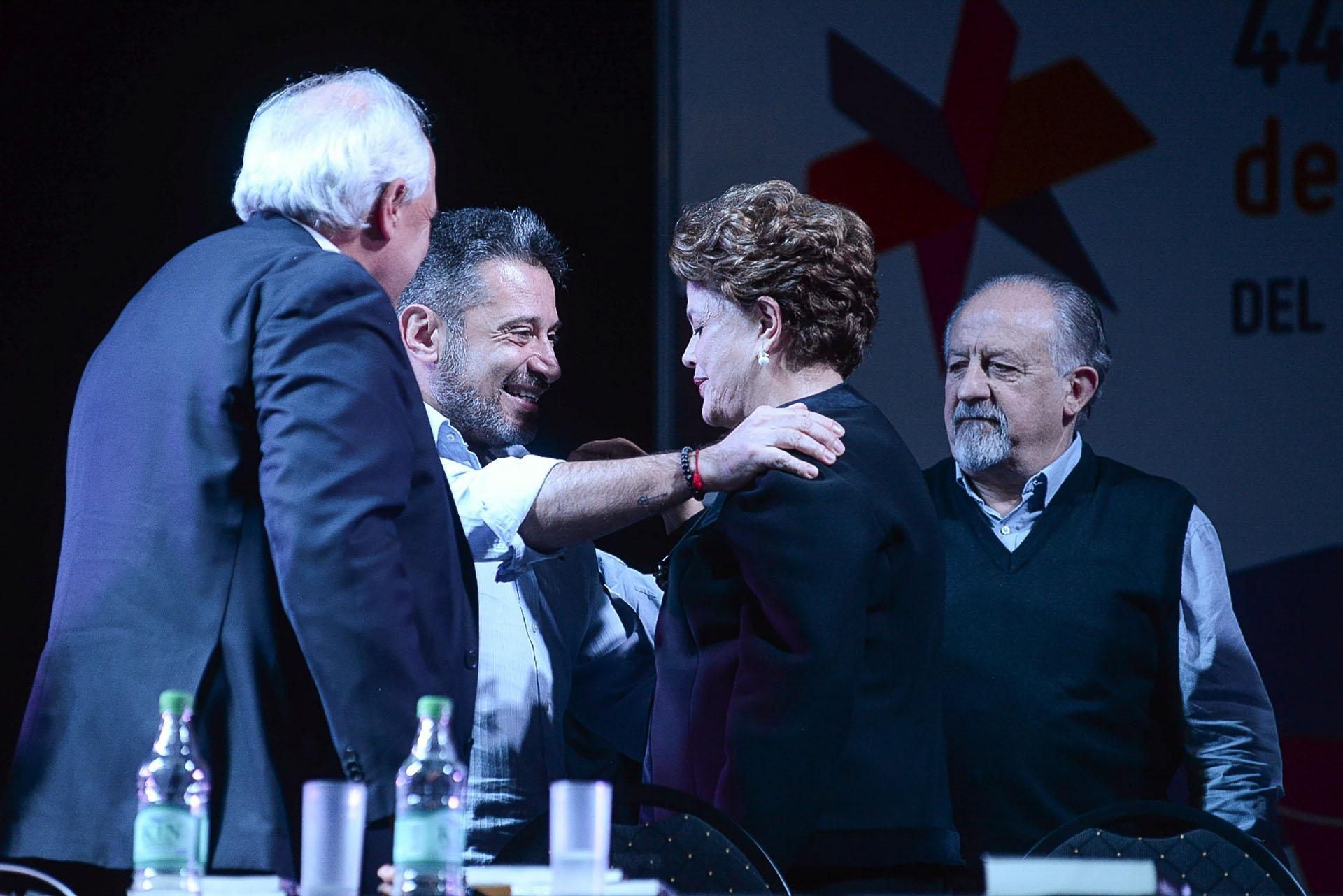Hugo Yasky, titular de la CTA, mira como Santa María saluda a Rousseff