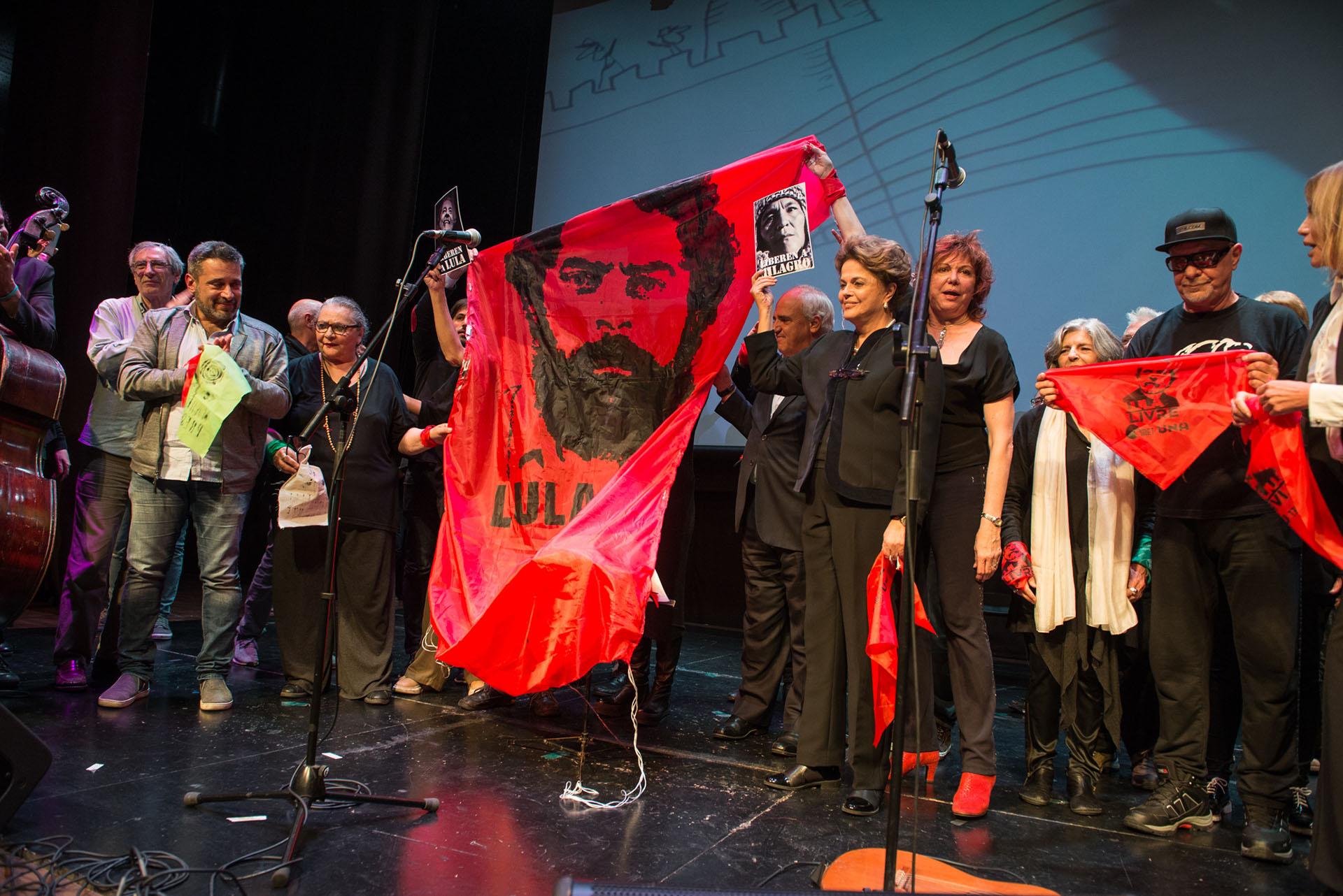 Una de las banderas con las que el público y los protagonistas pidieron por la libertad de Lula