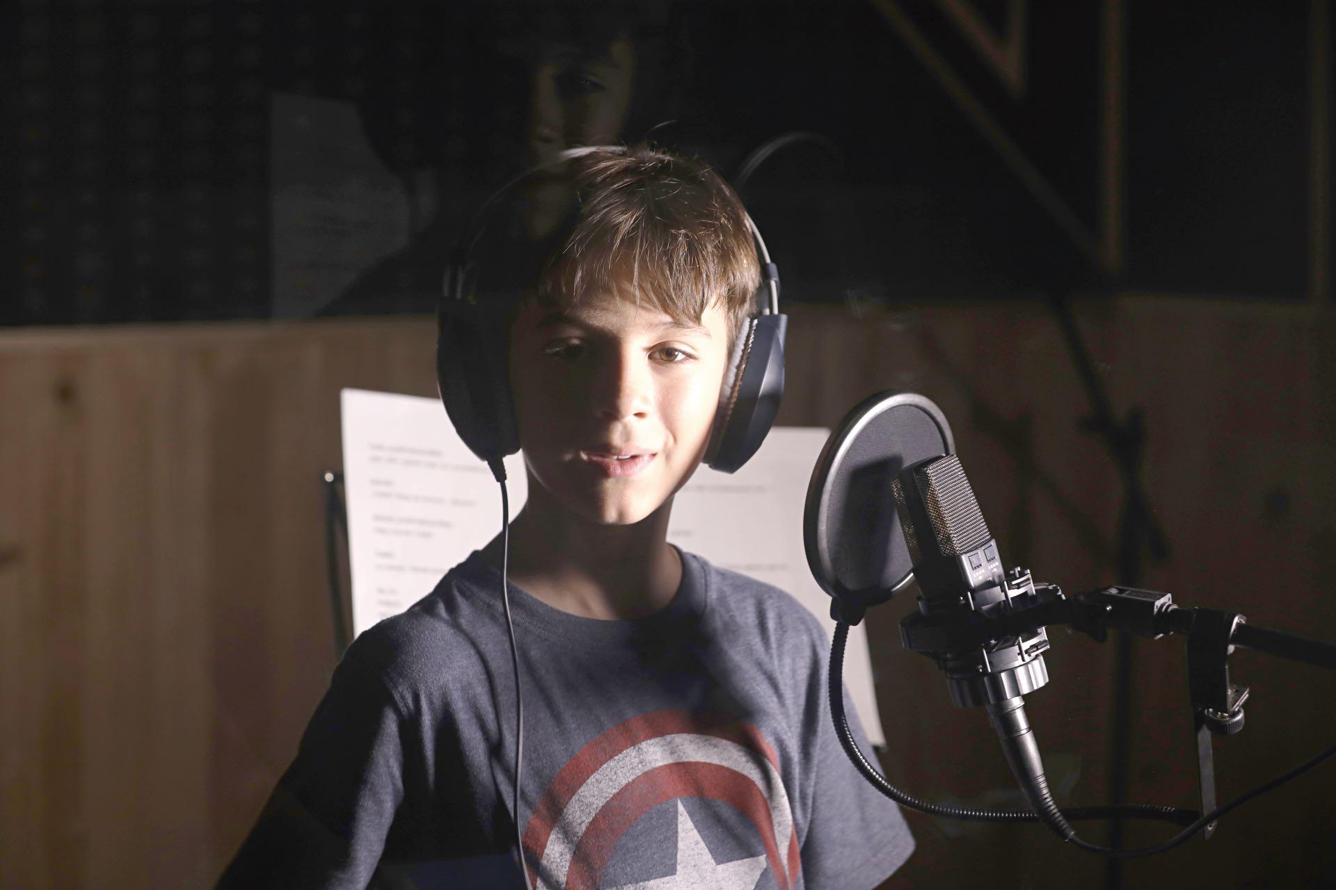 Federico -diagnosticado con Asperger- durante eldoblaje de la serie de Nat Geo