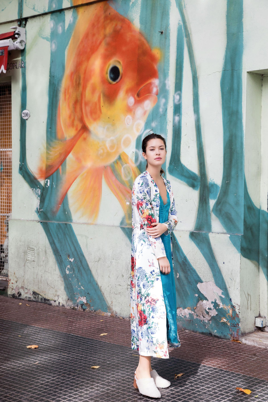 Kimono estampado ($ 1.690, Basement), vestido de seda ($ 4.600, Rapsodia) y zuecos con peluche ($ 4.900, Vitamina). (Fotos: Fernando Venegas/ Para Ti)