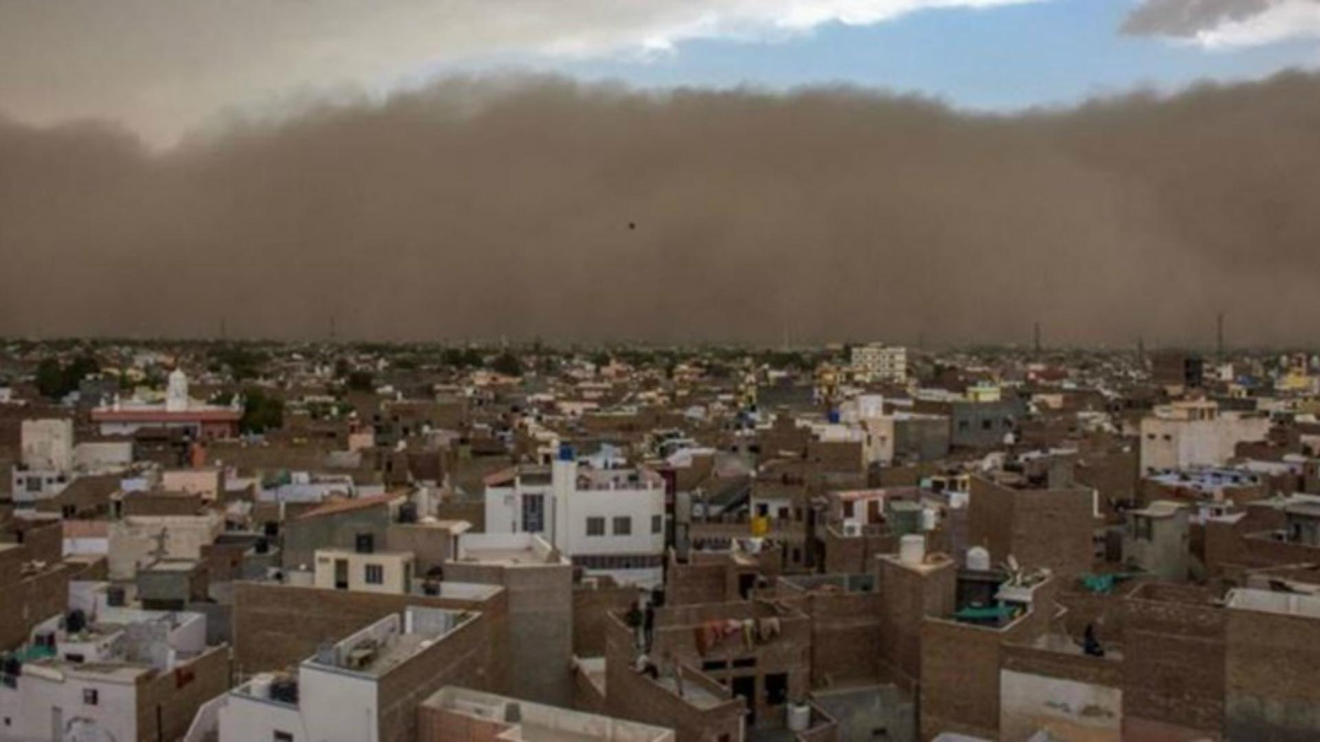 La tormenta de polvo arenoso se cierne sobre un pueblo