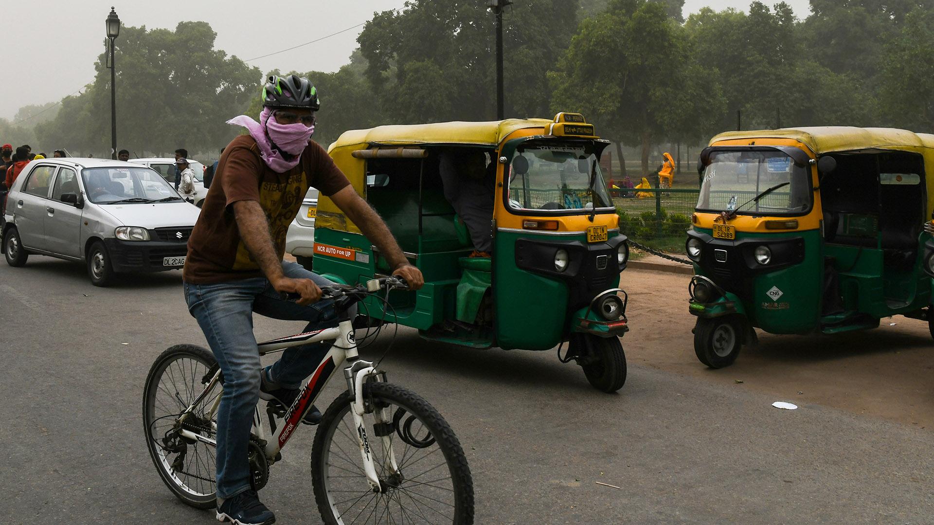 Las personas intentaba cubrir sus vías respiratorias (AFP)