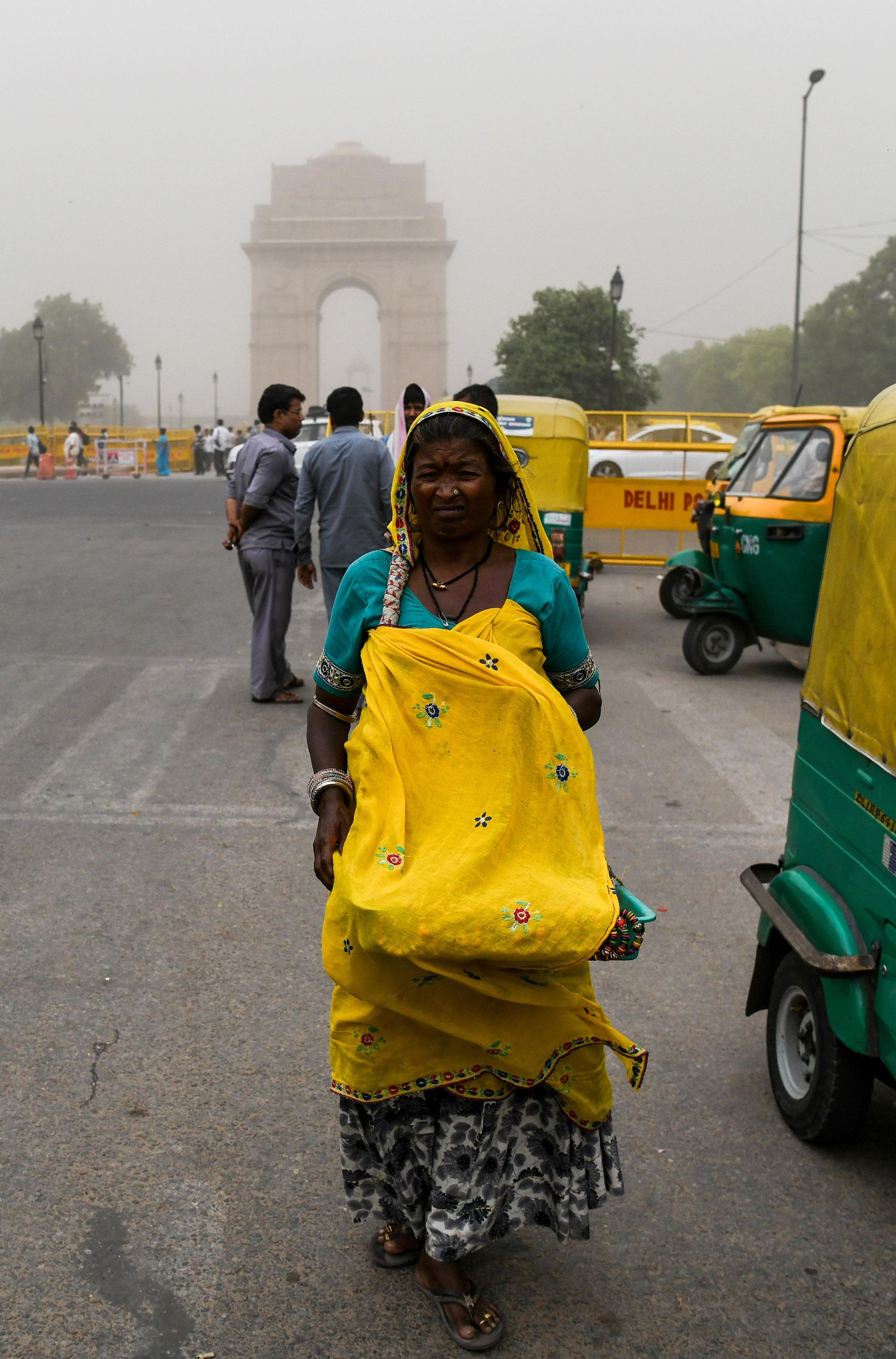 Una mujer sufre el polvo que flota en el viento (AFP)
