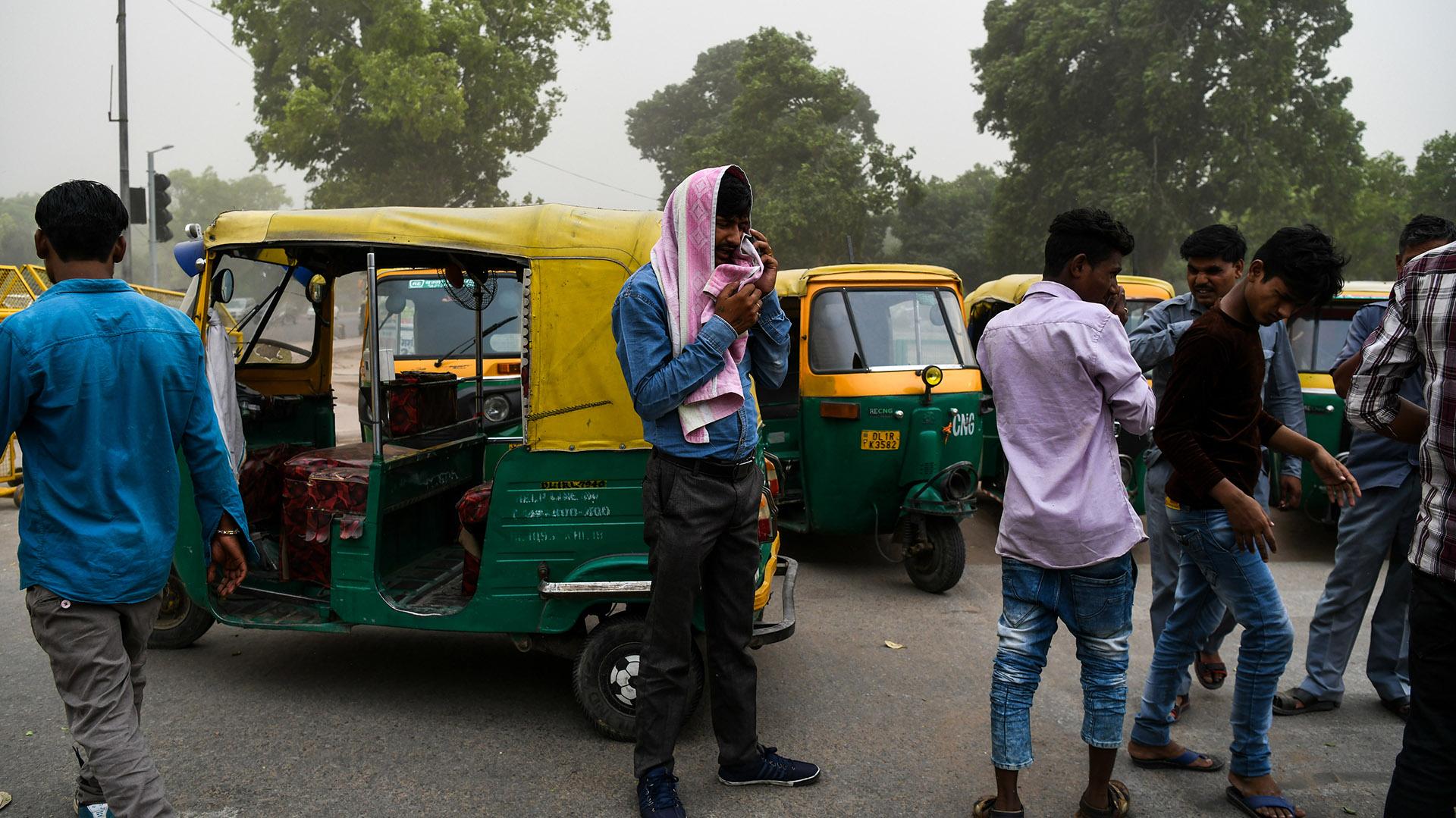 Taxistas de Nueva Delhi se cubren del polvo (AFP)