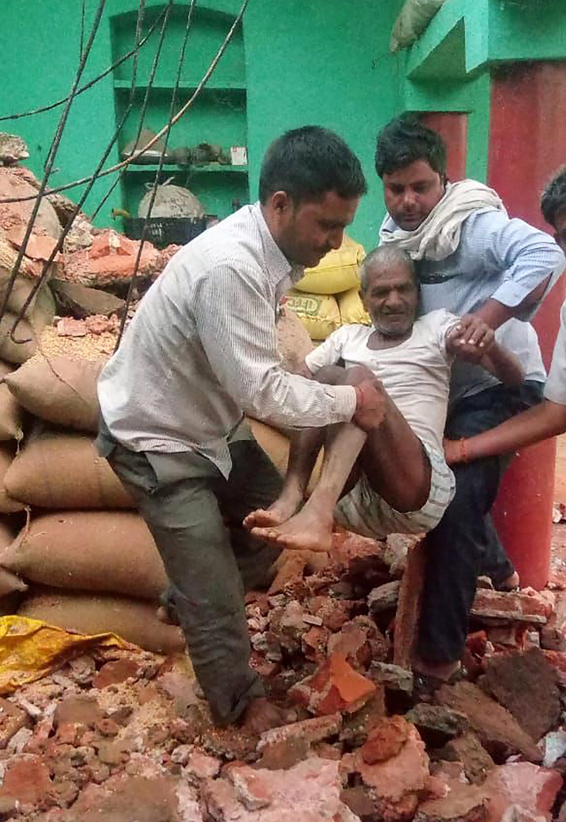 Un hombre es rescatado luego del colapso de su vivienda (AFP)