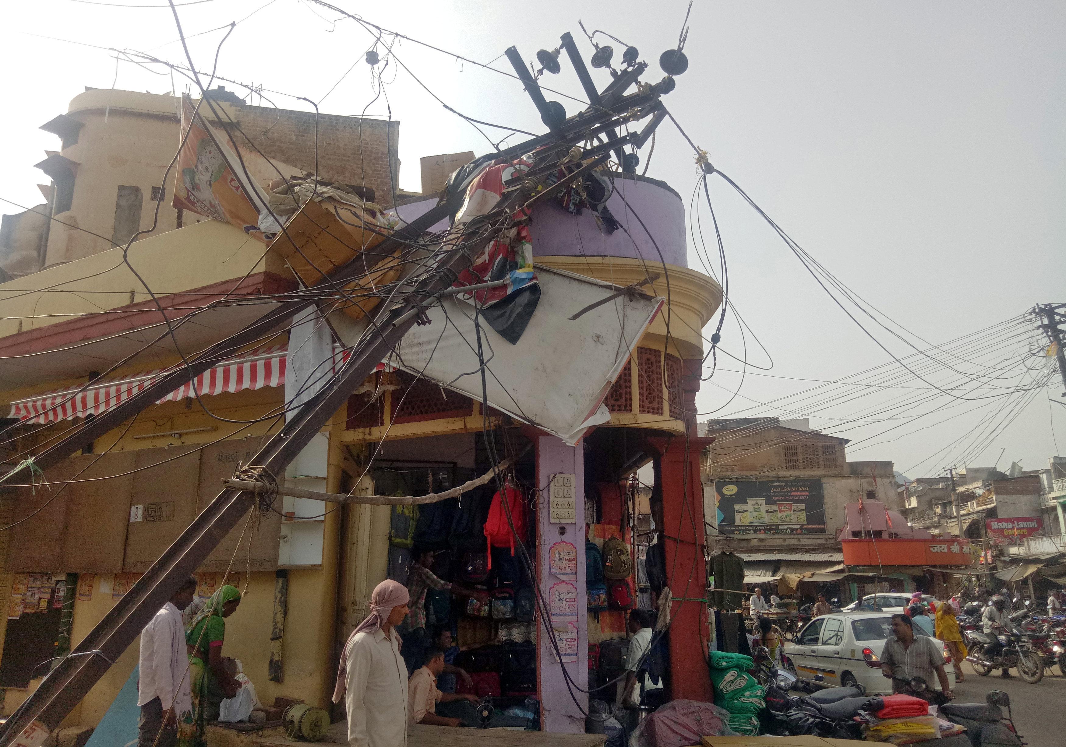 Un cable de electricidad colapsó sobre un mercado en Alwar, Rajastán(Reuters)