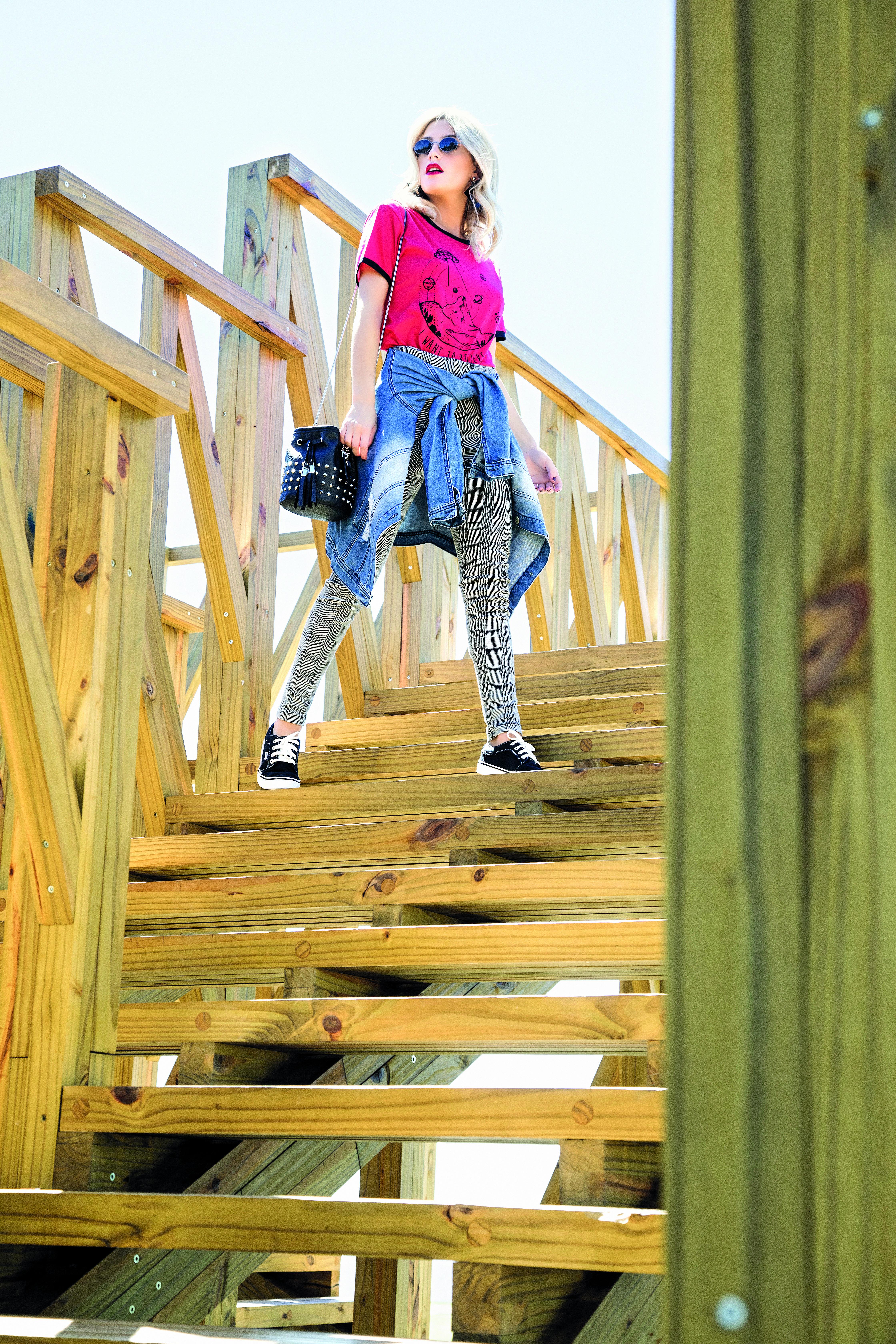 Remera con dibujo estilo retro (Union Good), maxicampera ($ 1.500, Doll Fins), calza príncipe de gales (Scombro), gafas vintage ($ 650, Mixxed Outlet), aros de acrílico ($ 70, Infinita accesorios), bandolera con tachas ($ 1.100, Grove Argentina) y zapatillas urbanas de gamuza ($1.060, Doll Fins).