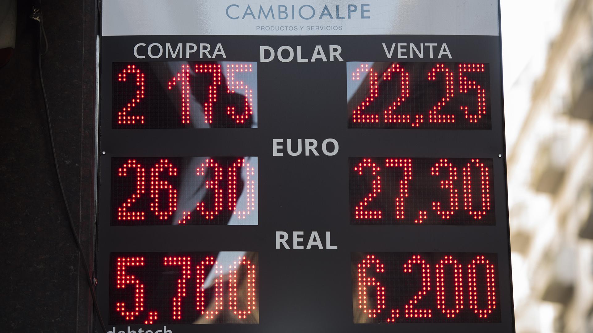 Después de superar algunas pizarras los $23 por dólar, la semana cerró con niveles cercanos a los 22 pesos (Adrián Escandar)