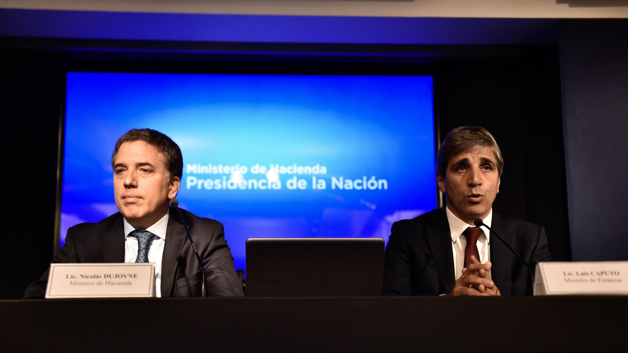 Los ministros Nicolás Dujovne y Luis Caputo en la conferencia de prensa del día viernes (Adrián Escandar)