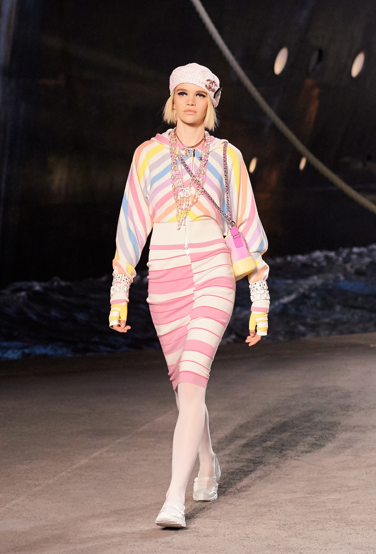 Mix de colores pasteles en prendas rayadas y accesorios en exceso.