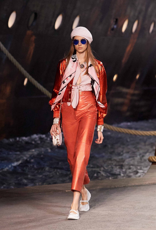 Camisas rayadas, tonos metalizados, pañuelos estampados y lentes de colores invadieron la pasarela.