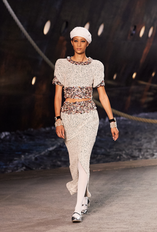 Falda con tajo + crop top con pailettes. El look se completó con medias y zapatos metalizados.