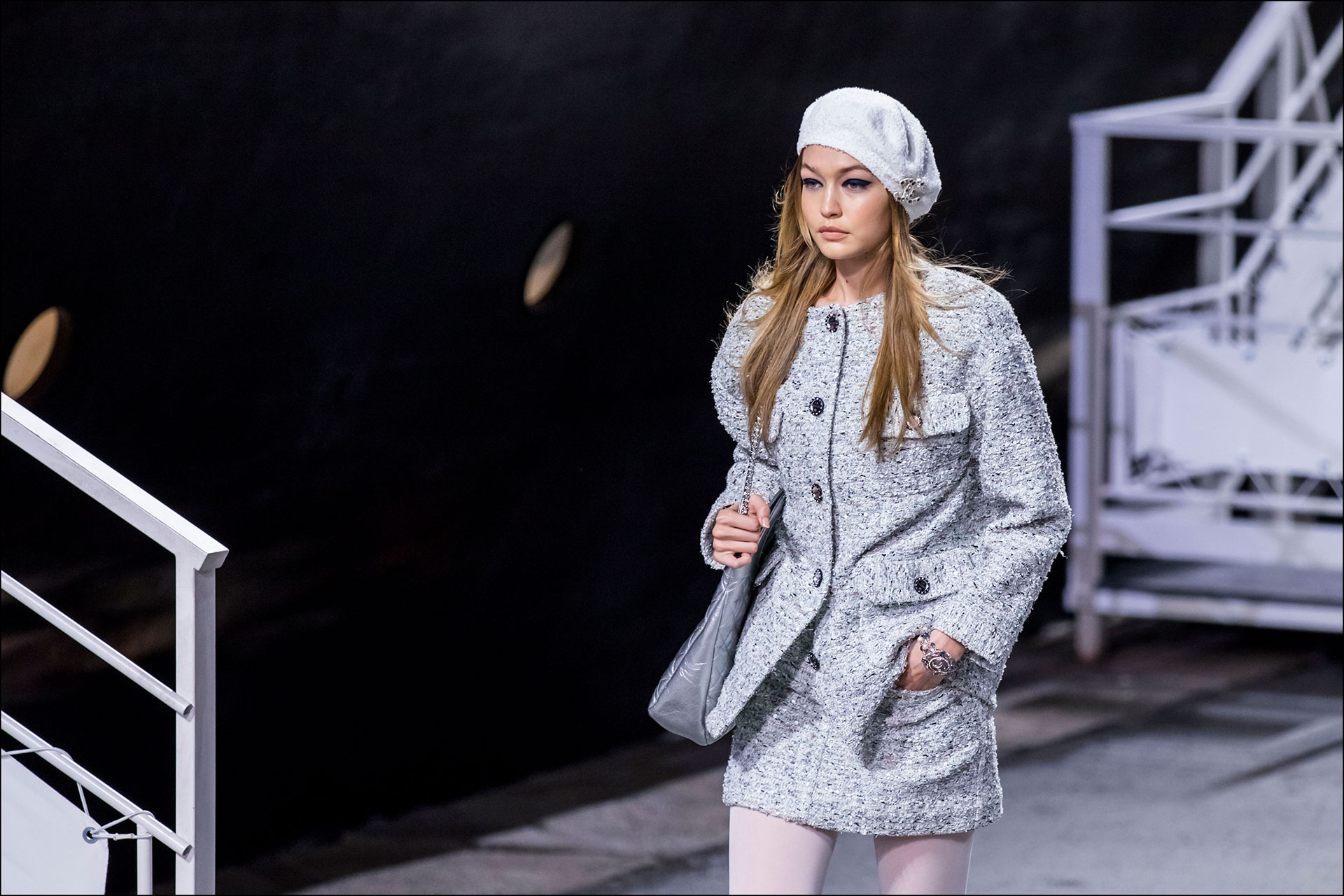 Entre las modelos que participaron del desfiles estuvieron las hermanas Bella y Gigi Hadid. En la foto, Gigi con un conjunto de falda y chaqueta en tono gris. FOTONOTICIAS