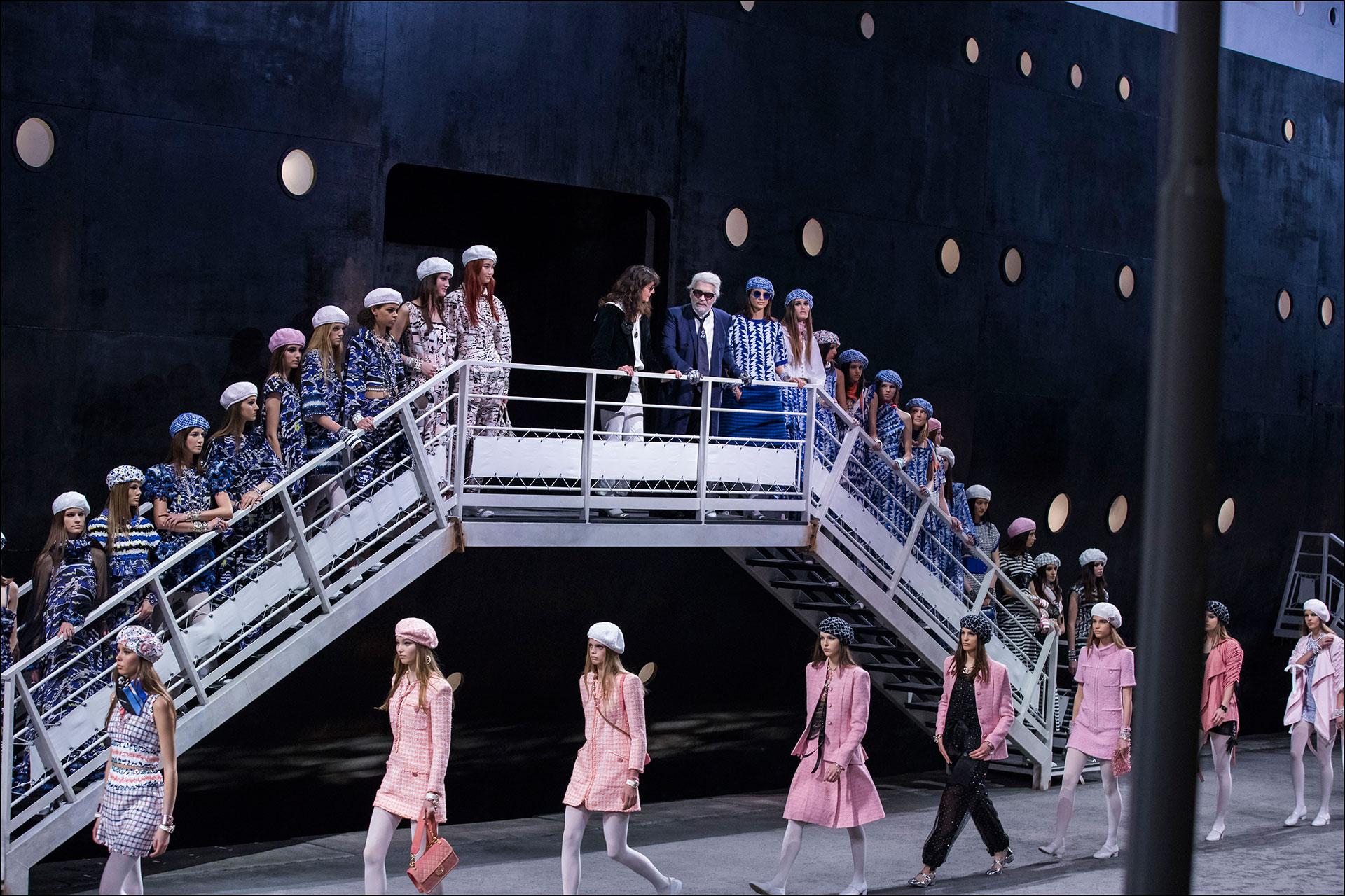 Karl Lagerfeld, al final del gran desfile, junto a las modelos. FOTONOTICIAS