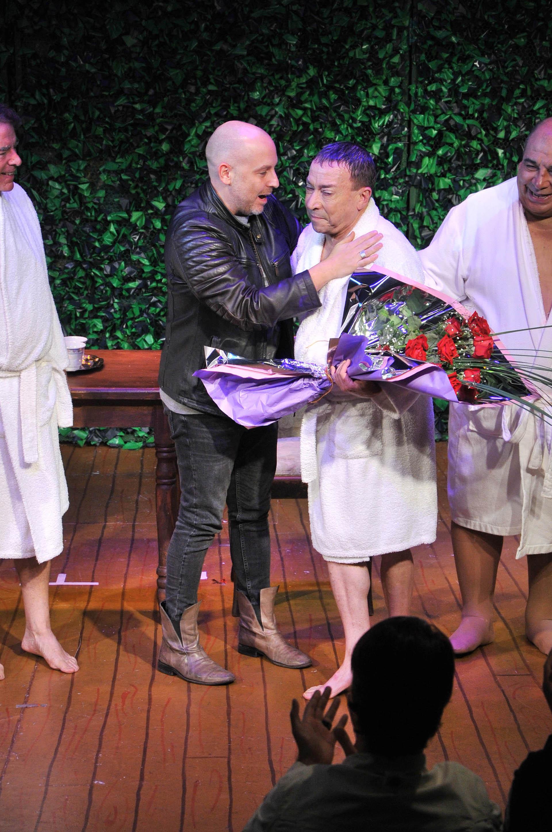 El artista recibió una ovación del público presente en el Teatro Picadilly, que lo aplaudió de pie