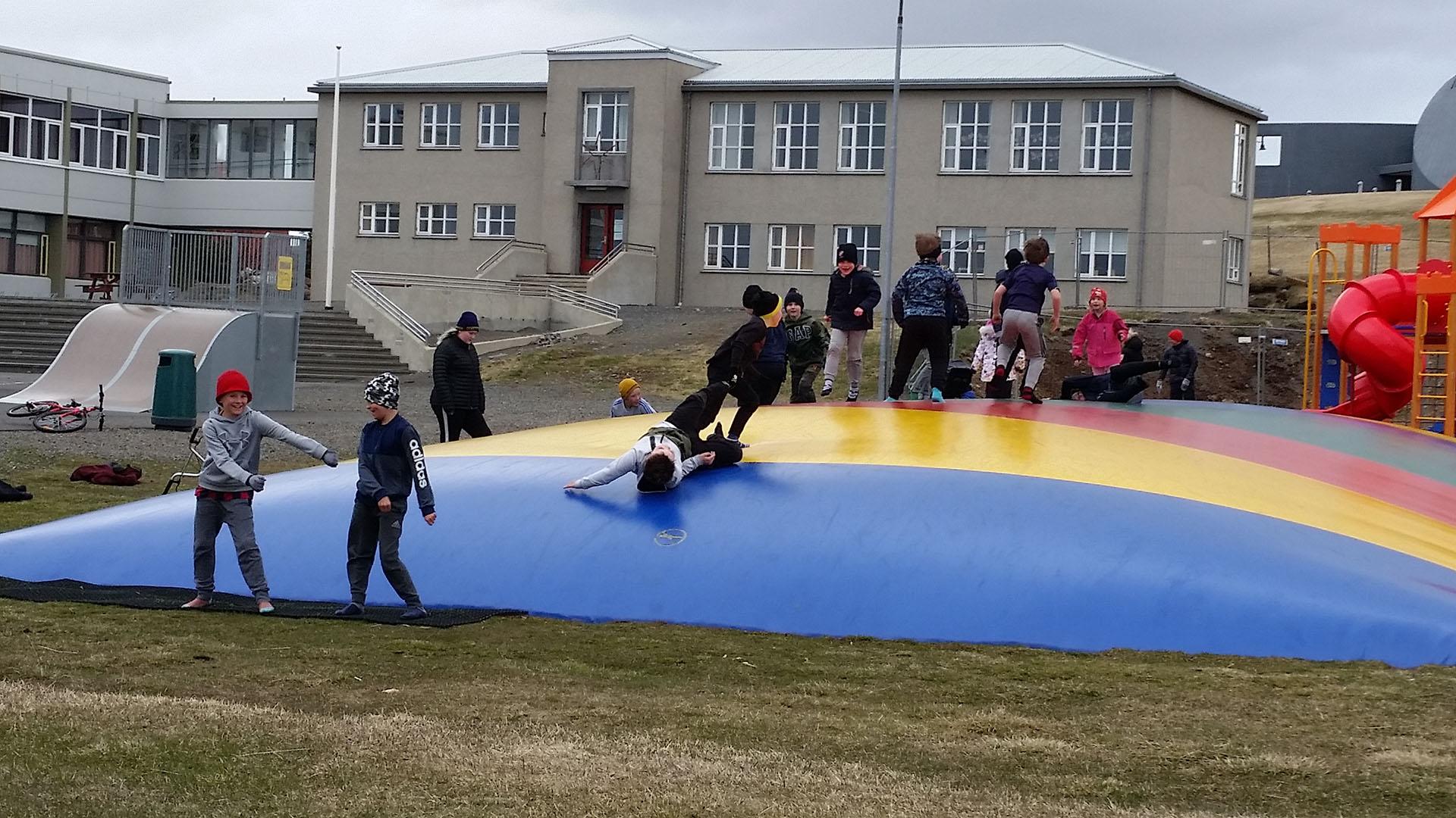 Niños juegan en escuela de Blunduós