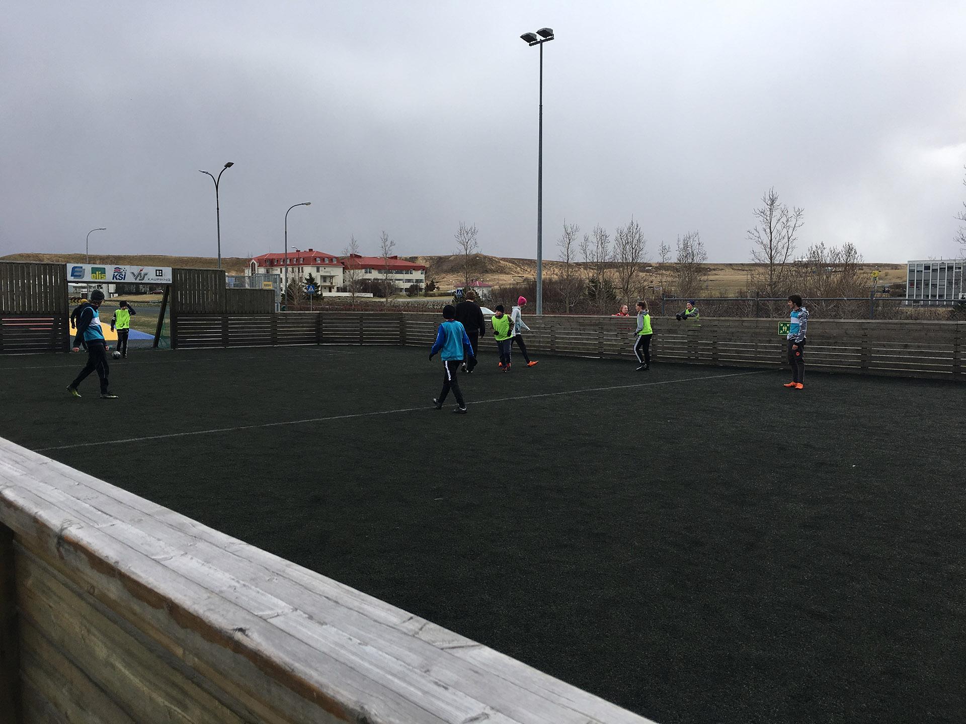 Es habitual ver jóvenes jugando al fútbol en estas pequeñas canchas rodeadas de un cerco de madera