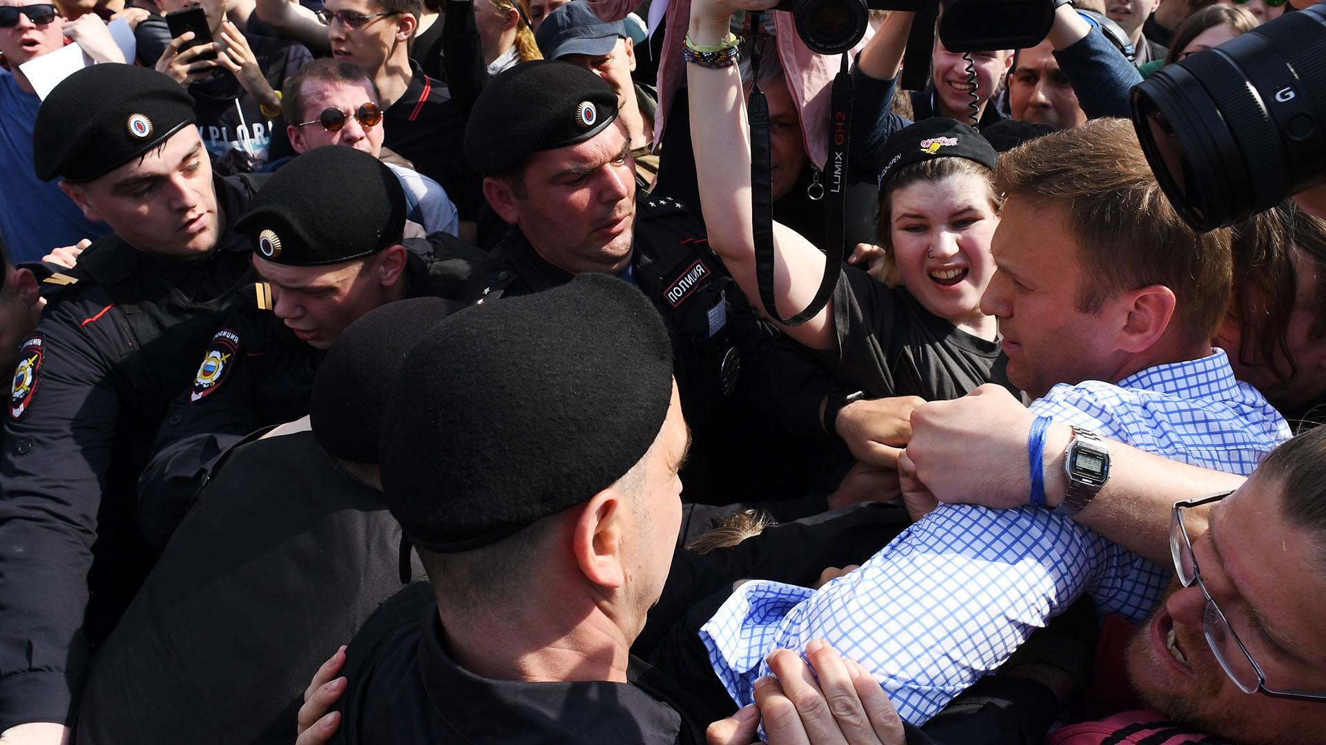 La policía intenta llevarse a Alexéi Navalni (AFP)
