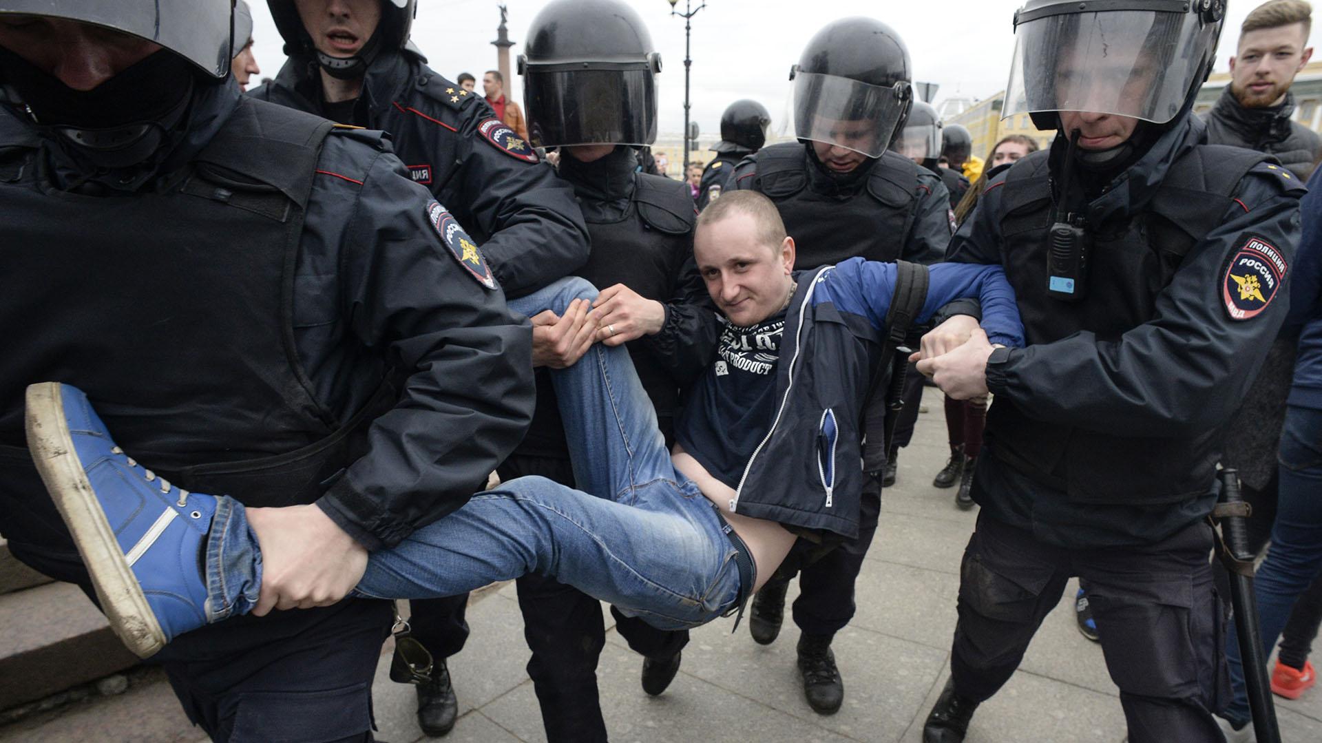 La policía detuvo a unos 1000 manifestantes durante la protesta. (AFP)
