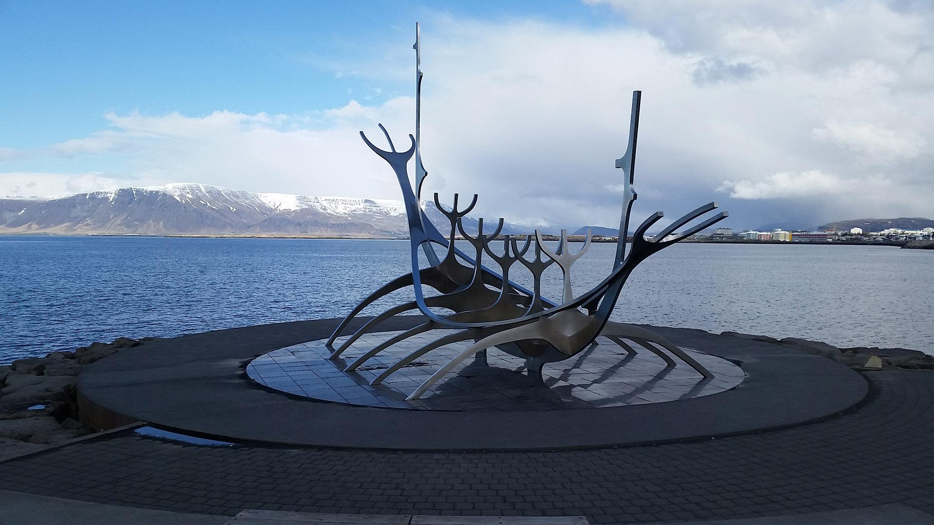 Sólar (El viajero del Sol). La escultura de este barco vikingo en la costanera es el monumento símbolo de la ciudad. En el fondo, el monte Esja