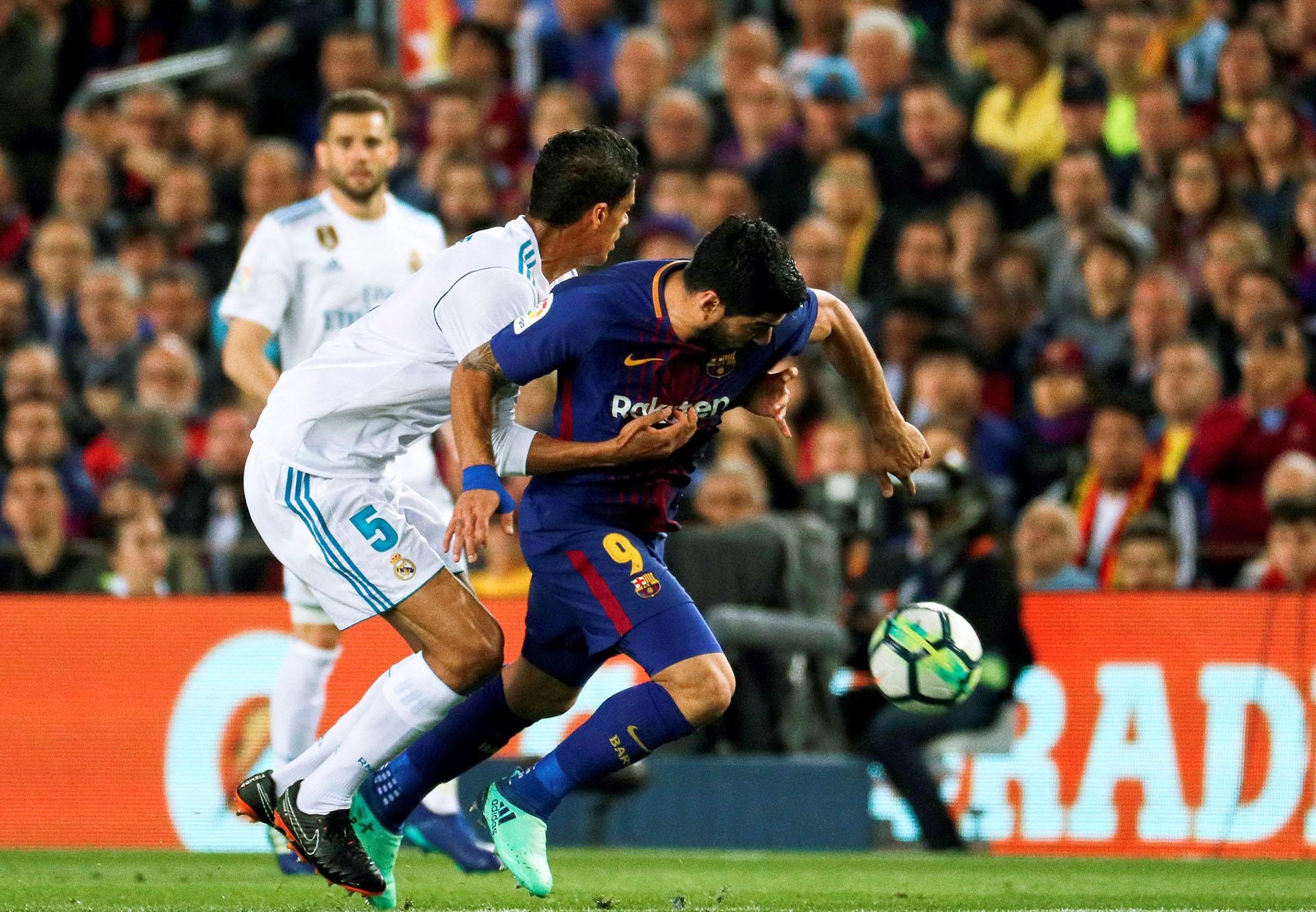 Suárez lleva la pelota ante Varane (Foto: EFE)