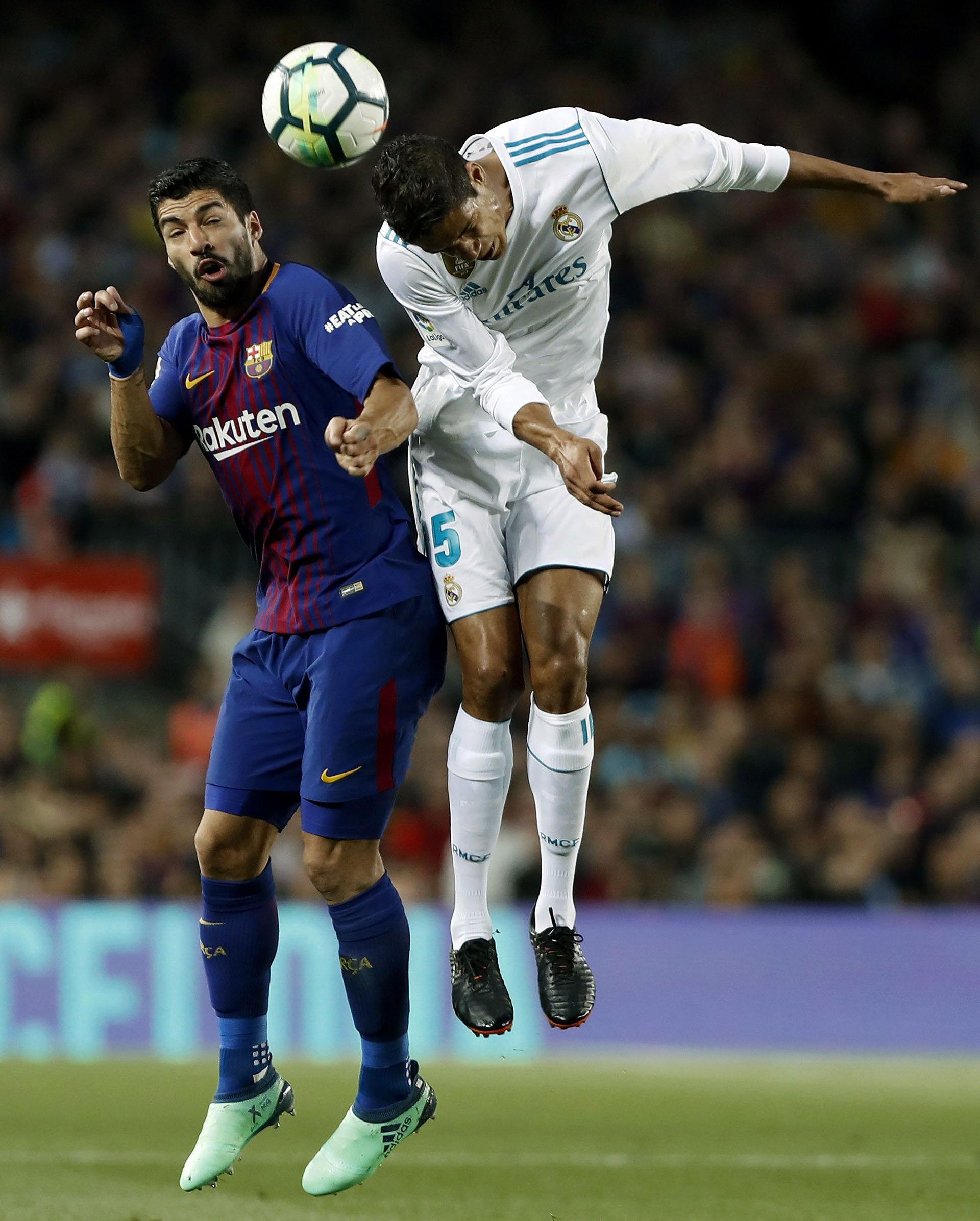 Suárez y Varane, en el aire(EFE)