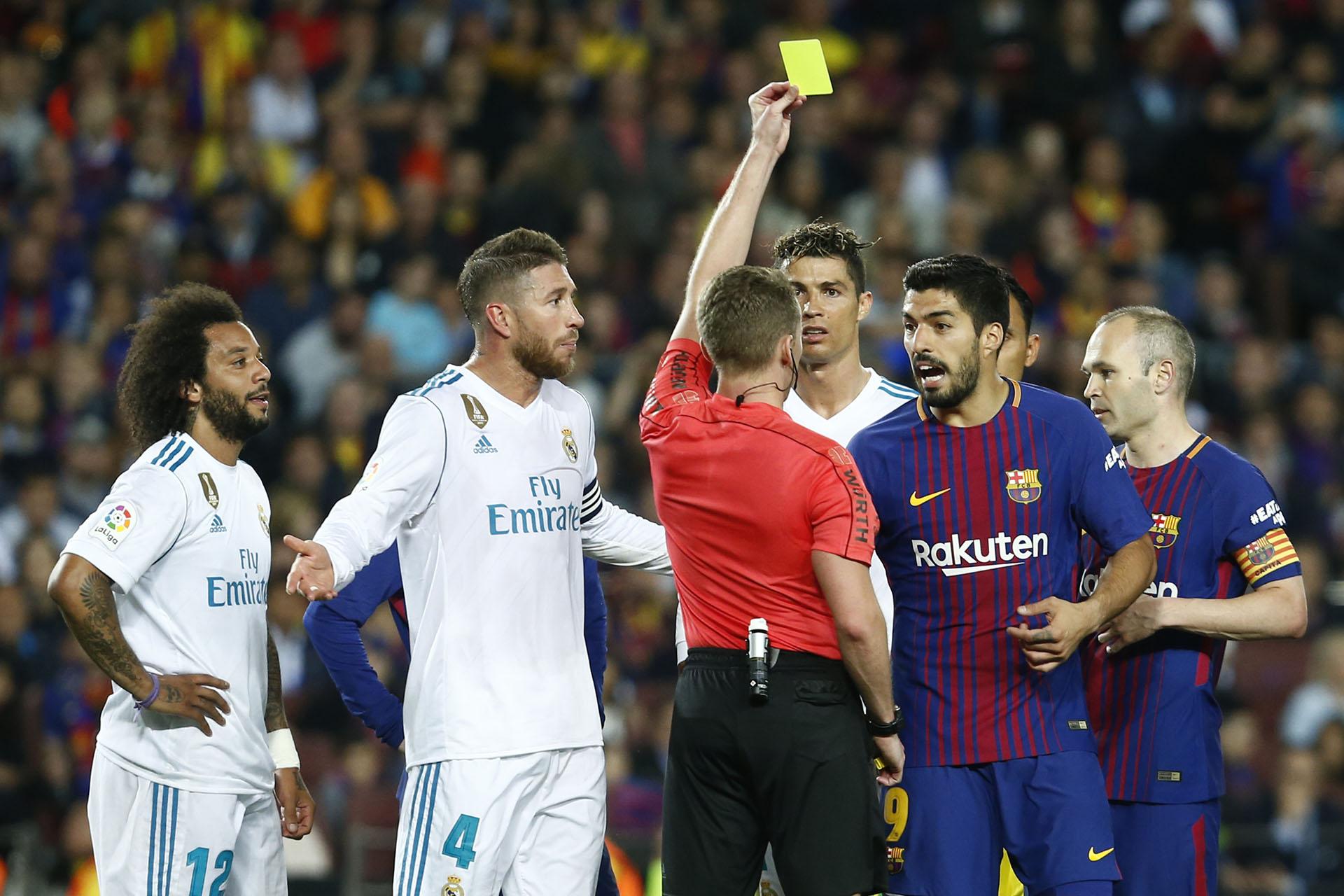 El árbitro amonesta a Suárez (AFP)
