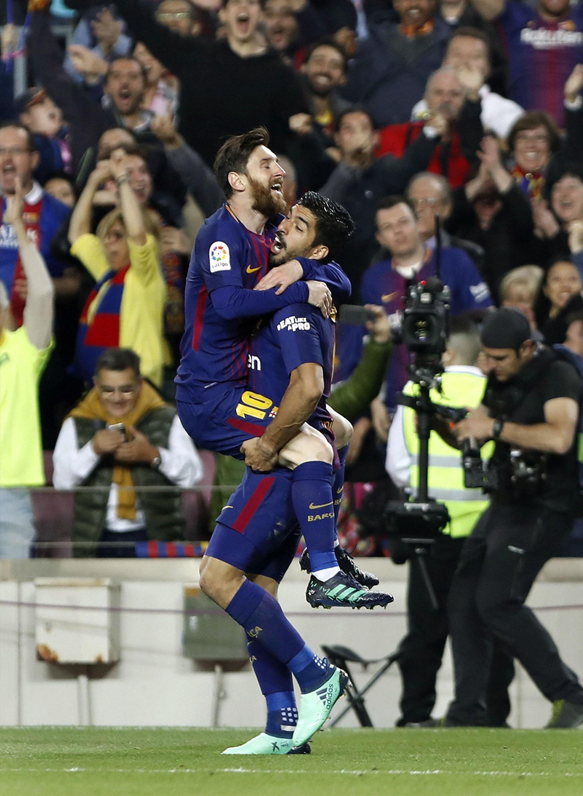 Messi festeja su gol junto al uruguayo (EFE)