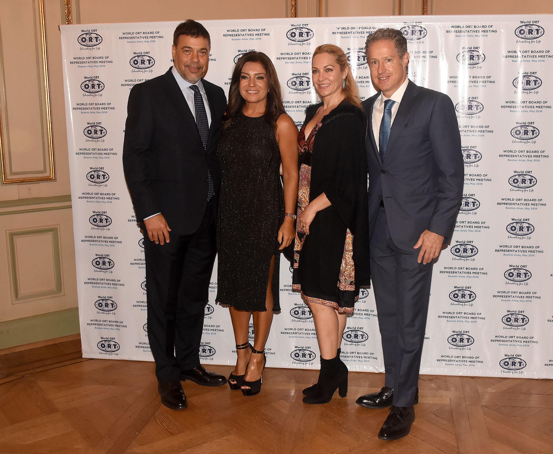 Darío Werthein, su esposa Cecilia, junto a Arturo Merikanskas, presidente de ORT México y su mujer Mónica Kozolovsky