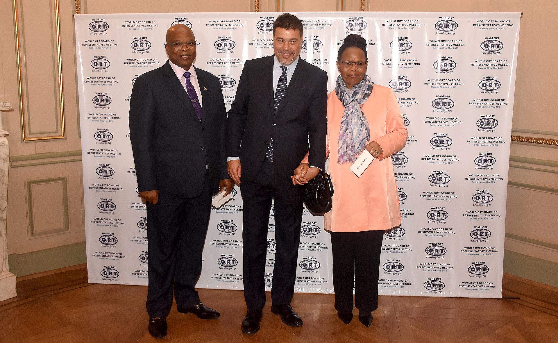 Darío Werthein, con la embajadora de Sudáfrica Patience Gwala y su esposo Jabulani Gwala