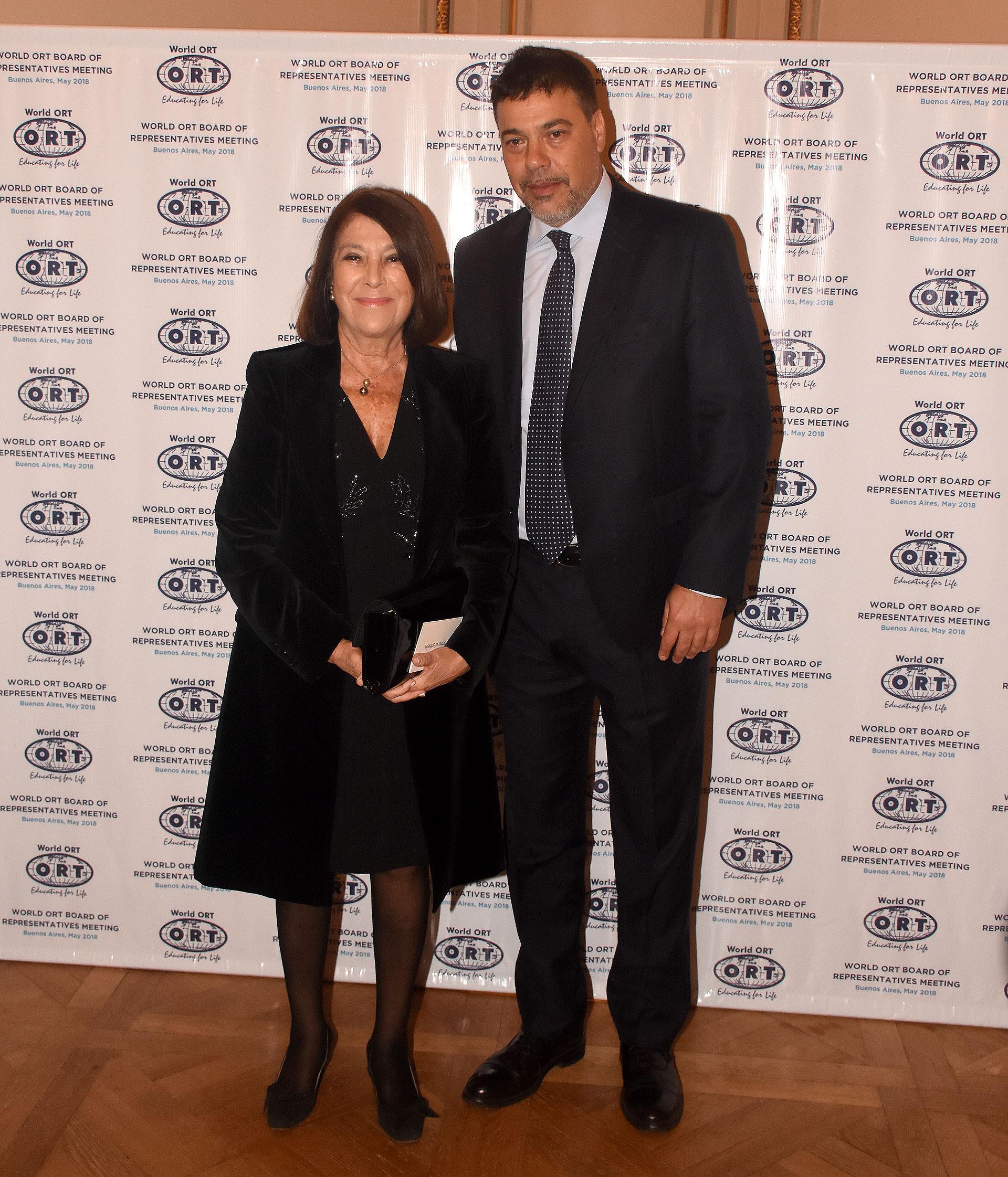 Norma G. de Werthein junto a su hijo Darío Werthein