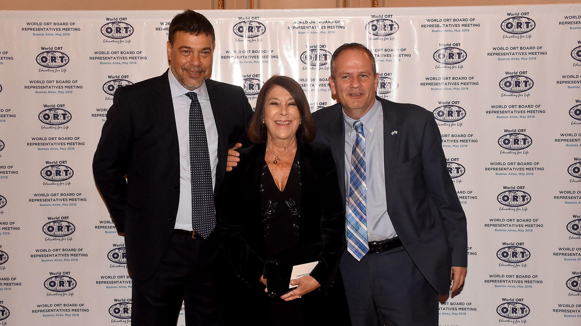 El Presidente del consejo de administración de ORT Mundial, Darío Werthein, su mamá Norma G. y el embajador de Israel, Illan Sztulman