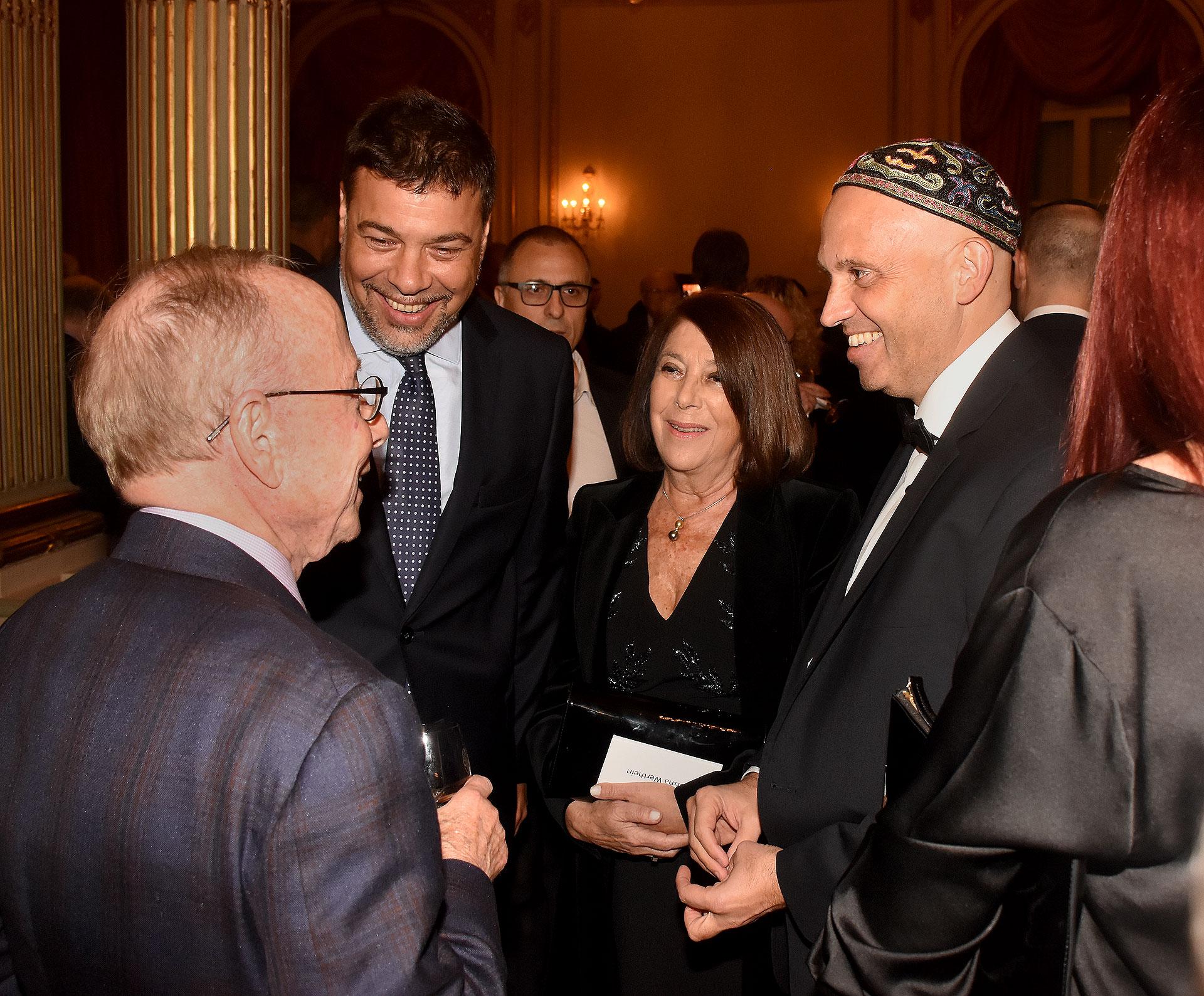 El presidente de ORT Mundial, Dr. Conrad Giles, dialoga con el Presidente del consejo de administración de ORT Mundial, Darío Werthein, su mamá Norma G. y el ministro Bergman