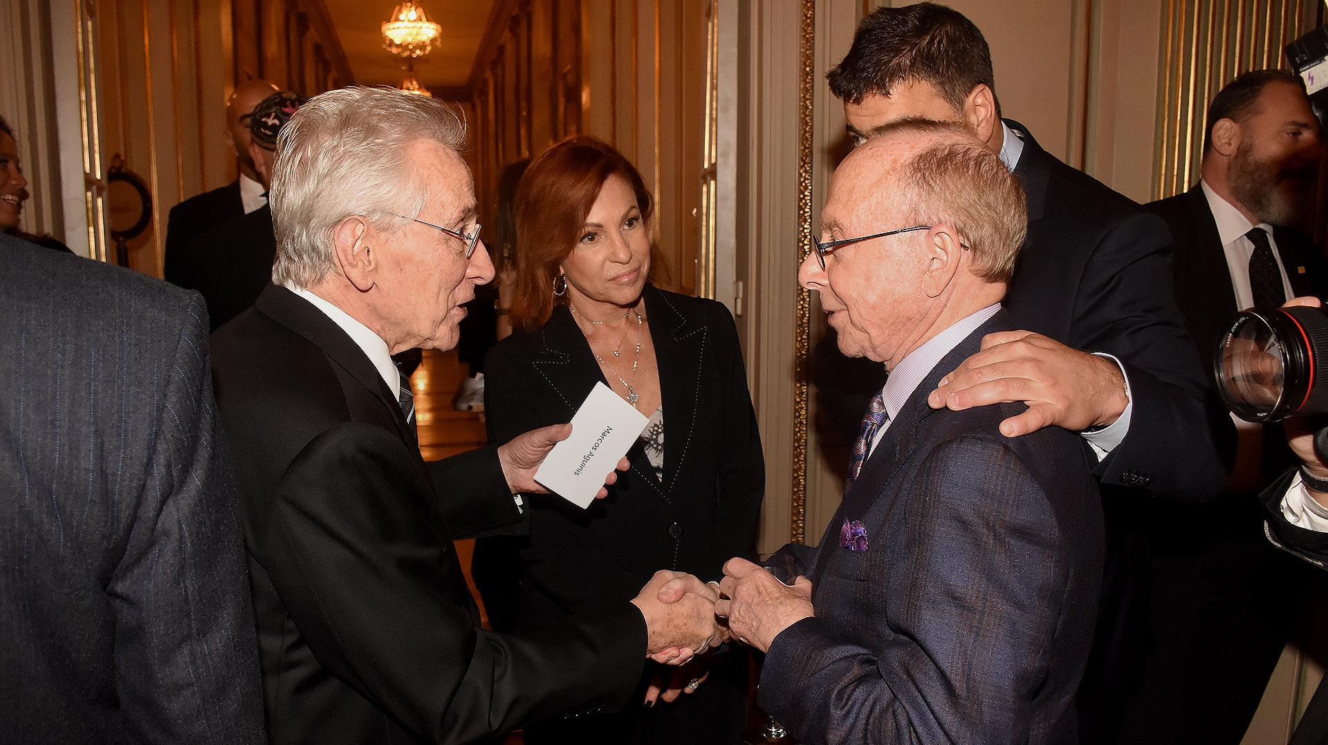 El escritor Marcos Aguinis y su mujer, Nora, saludan al presidente de ORT Mundial, Dr. Conrad Giles
