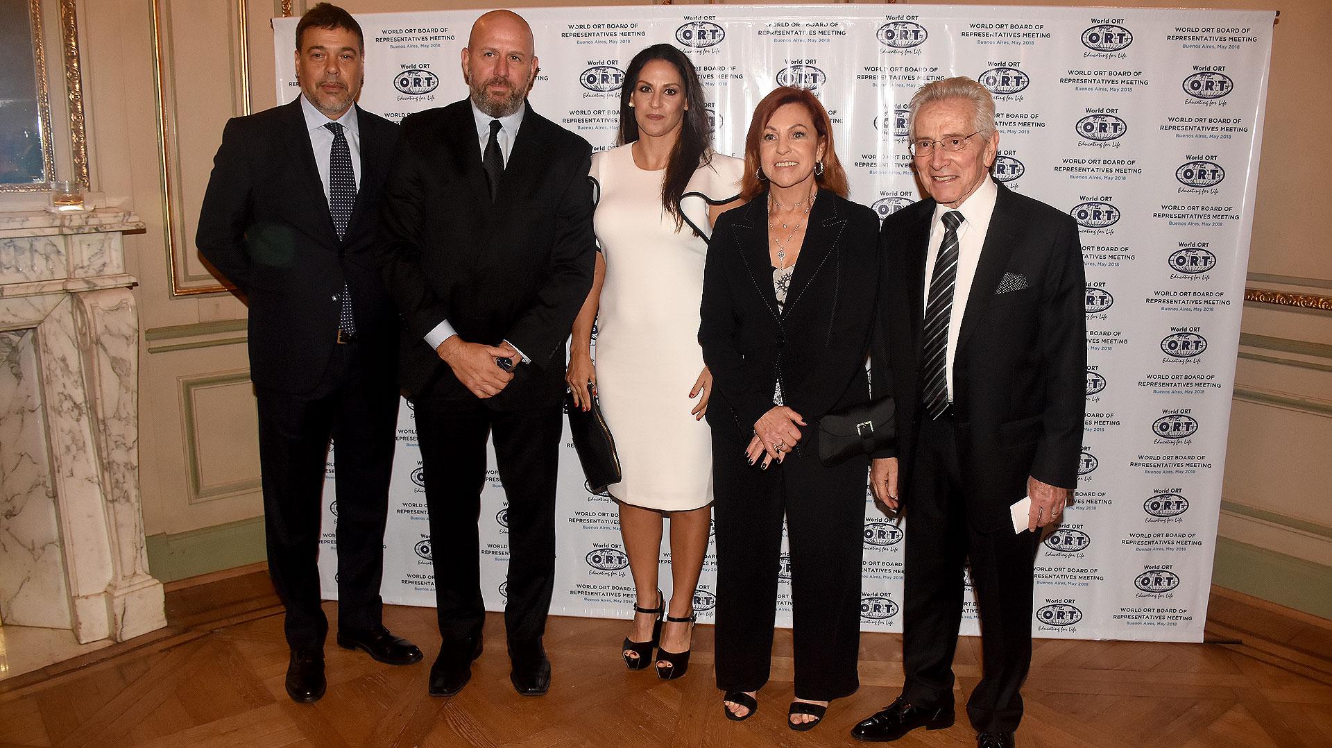 Darío Werthein, junto al diputado Waldo Wolff y el escritor Marcos Aguinis, ambos junto a sus esposas