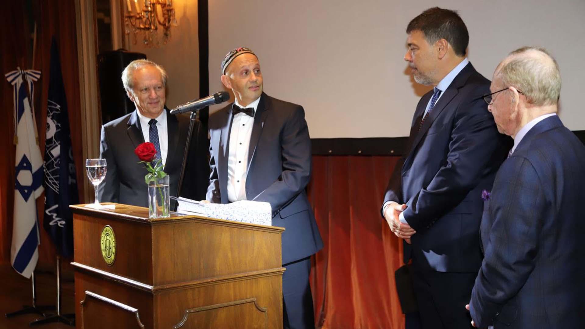 El presidente de ORT Mundial, Conrad Giles, le entregó durante el evento un reconocimiento al Rabino Bergman. En la imagen junto a Darío Werthein y Darío Jaraj