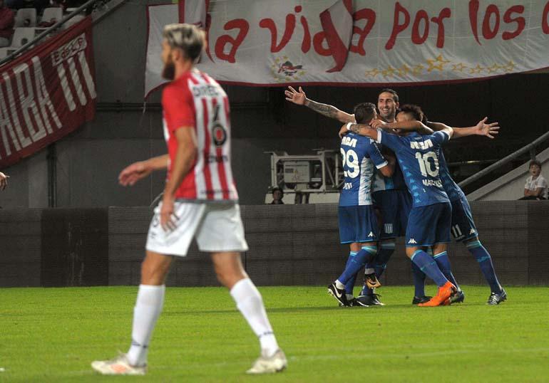 Los jugadores de Racing festejan el gol de Alejandro Donatti con el que superan por 2 a 1 a Estudiantes en La Plata por la 26ta. fecha de la Superliga (Télam)