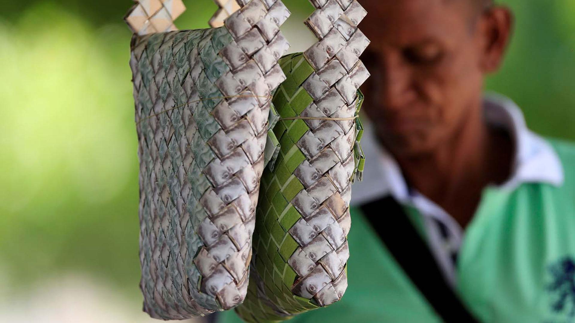 Los bolsos se venden a 15.000 pesos colombianos, unos 5 dólares. El valor nominal de sus 580 billetes de 100 bolívares no alcanza ni una fracción de eso (Reuters)
