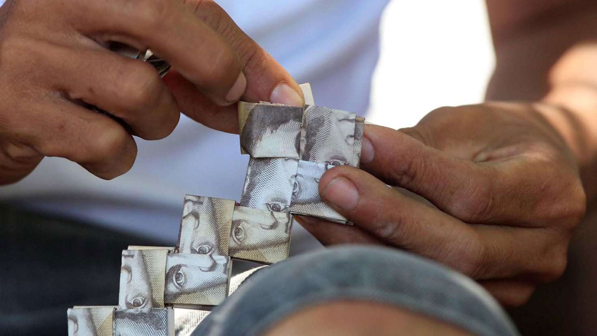 El trabajo artesanal que agrega valor a una moneda brutalmente devaluada
